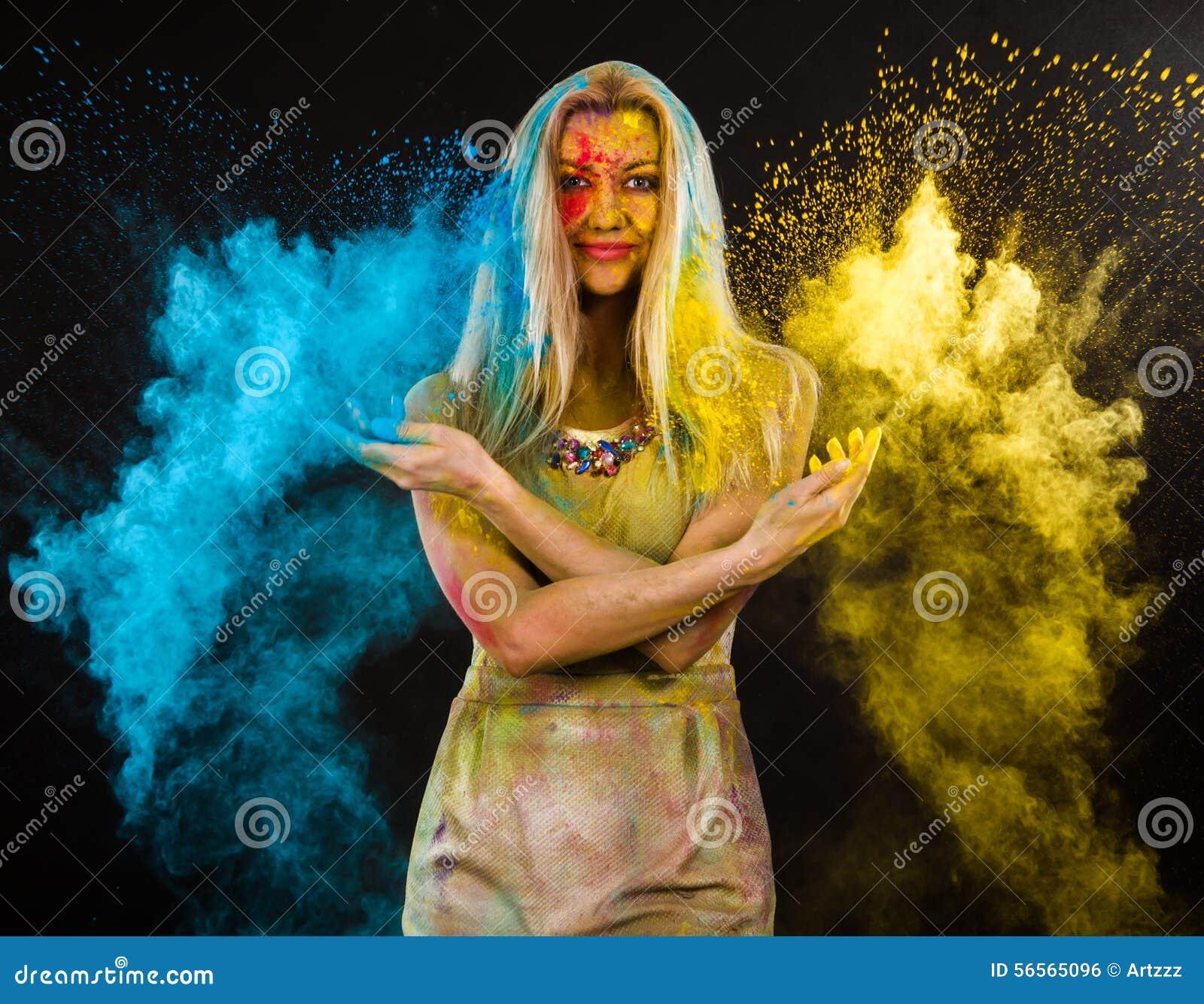Download Γυναίκα που καλύπτεται νέα με τα χρώματα Στοκ Εικόνες - εικόνα από απόλαυση, έκρηξη: 56565096