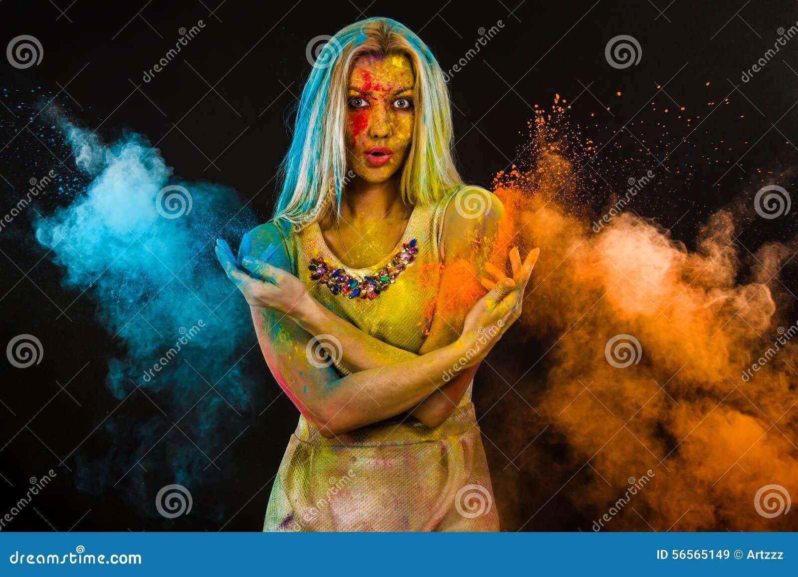 Download Γυναίκα που καλύπτεται νέα με τα χρώματα Στοκ Εικόνα - εικόνα από βακκινίων, απόλαυση: 56565149