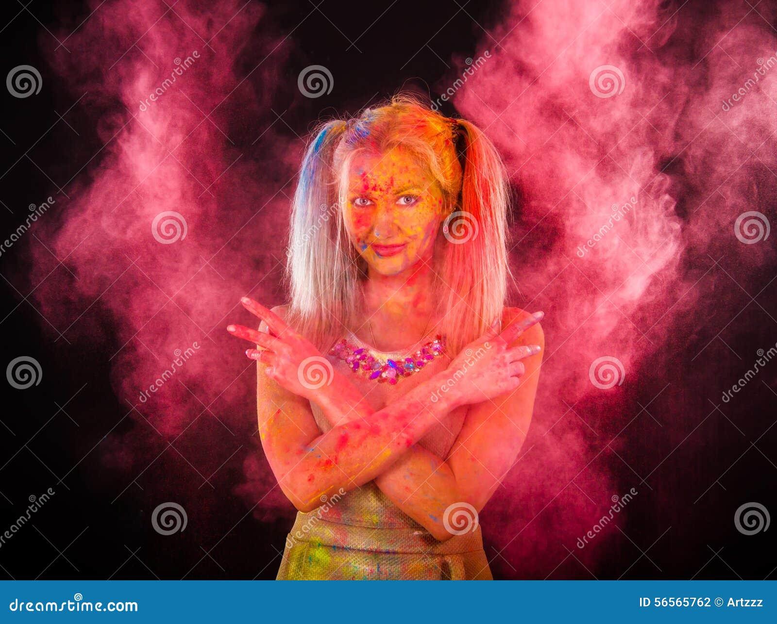Download Γυναίκα που καλύπτεται νέα με τα χρώματα Στοκ Εικόνες - εικόνα από έξυπνο, χαρά: 56565762