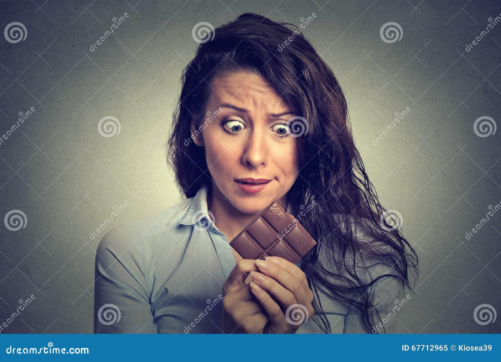 Γυναίκα που κουράζεται των περιορισμών διατροφής που ποθούν τη σοκολάτα γλυκών