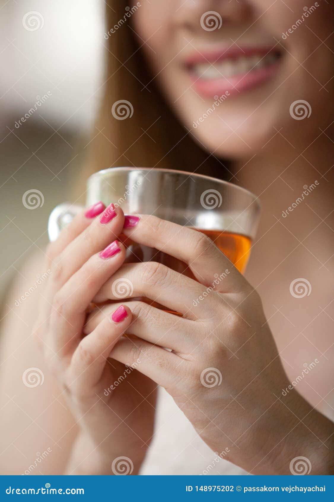 Γυναίκα που κρατά ένα φλυτζάνι του τσαγιού