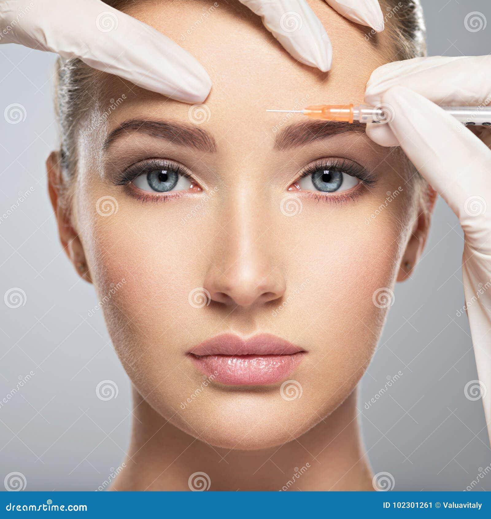 Γυναίκα που παίρνει την καλλυντική botox έγχυση στο μέτωπο