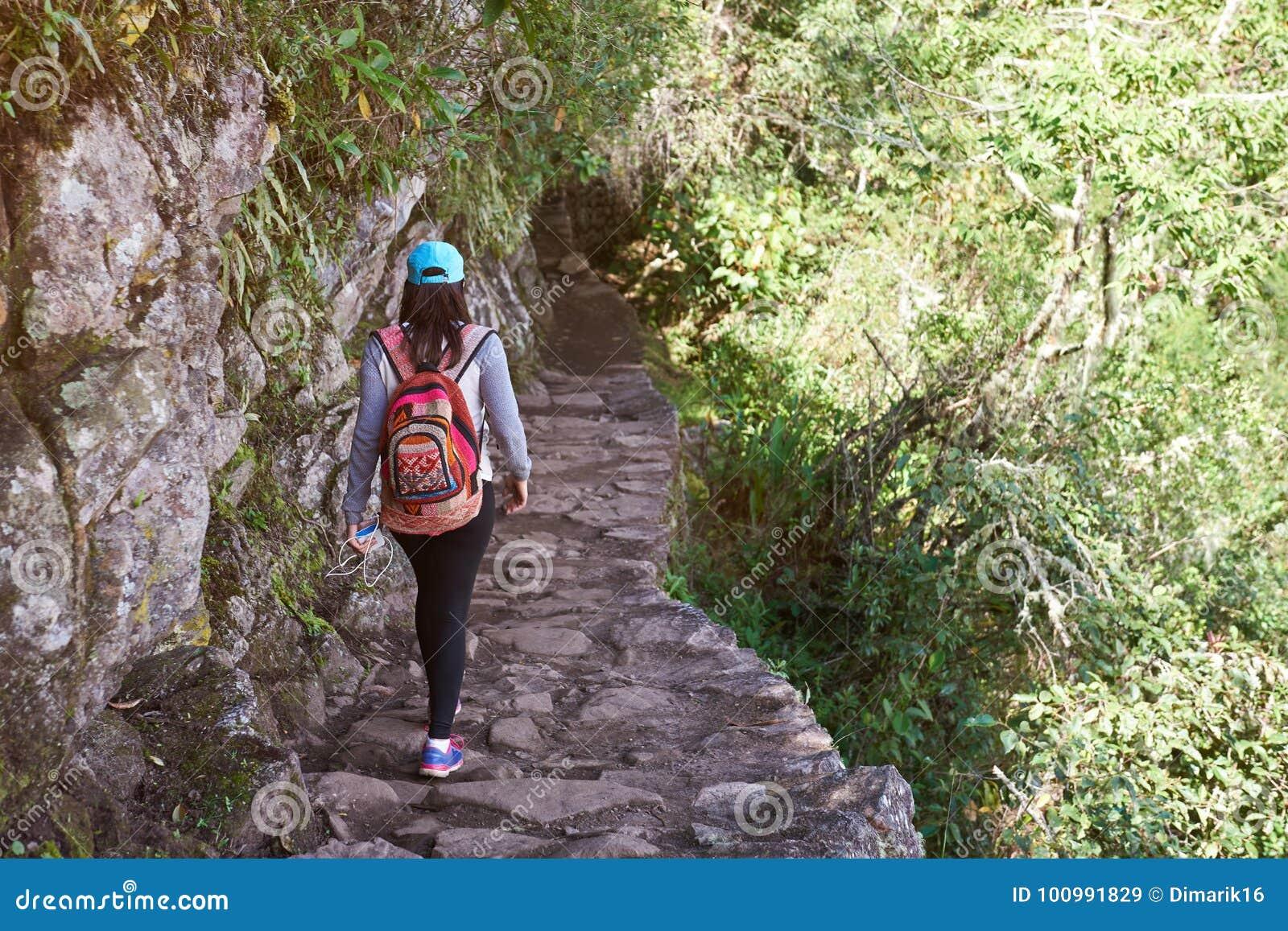 Γυναίκα που περπατά στο ίχνος inca