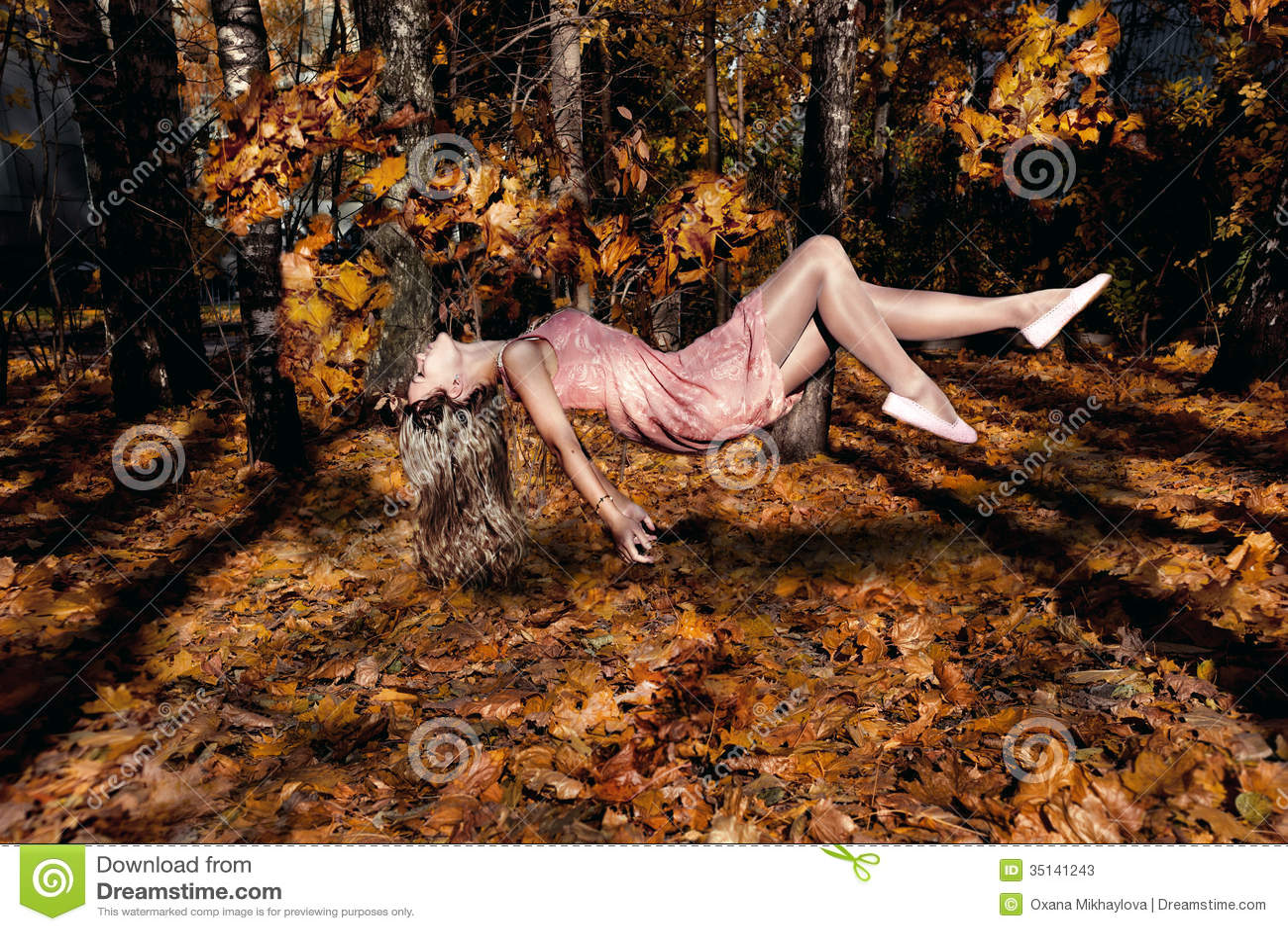 Γυναίκα που πετά με τα φύλλα auumn. Μετεωρισμός