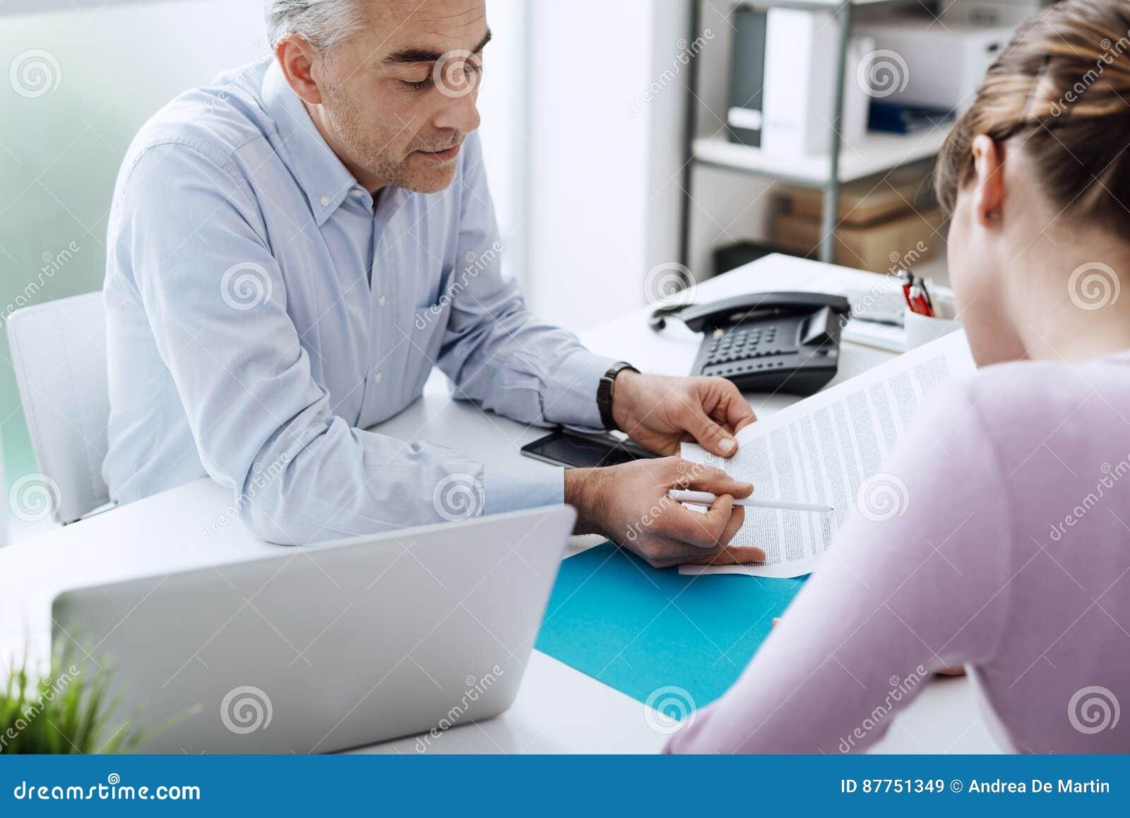 Γυναίκα που συναντά έναν σύμβουλο