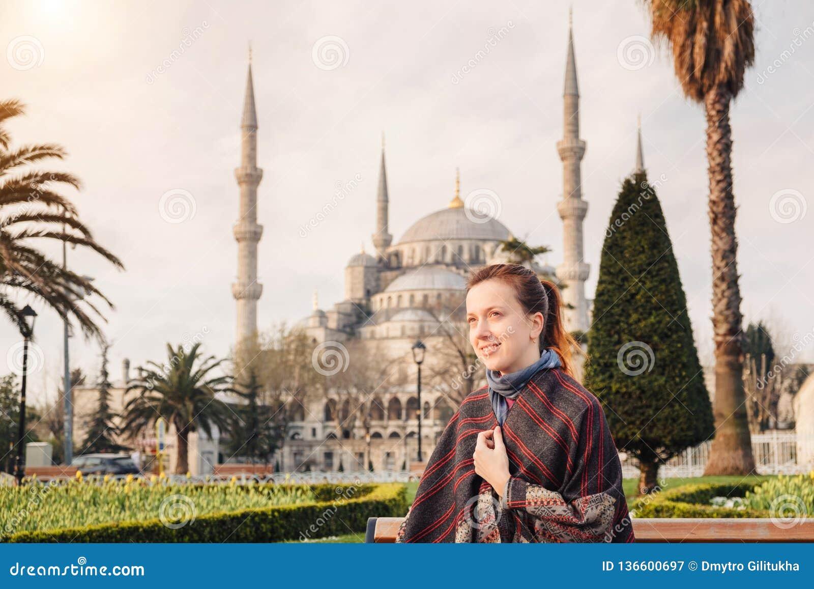 Γυναίκα που ταξιδεύει στη Ιστανμπούλ κοντά στο μουσουλμανικό τέμενος της Aya Sofia, Τουρκία