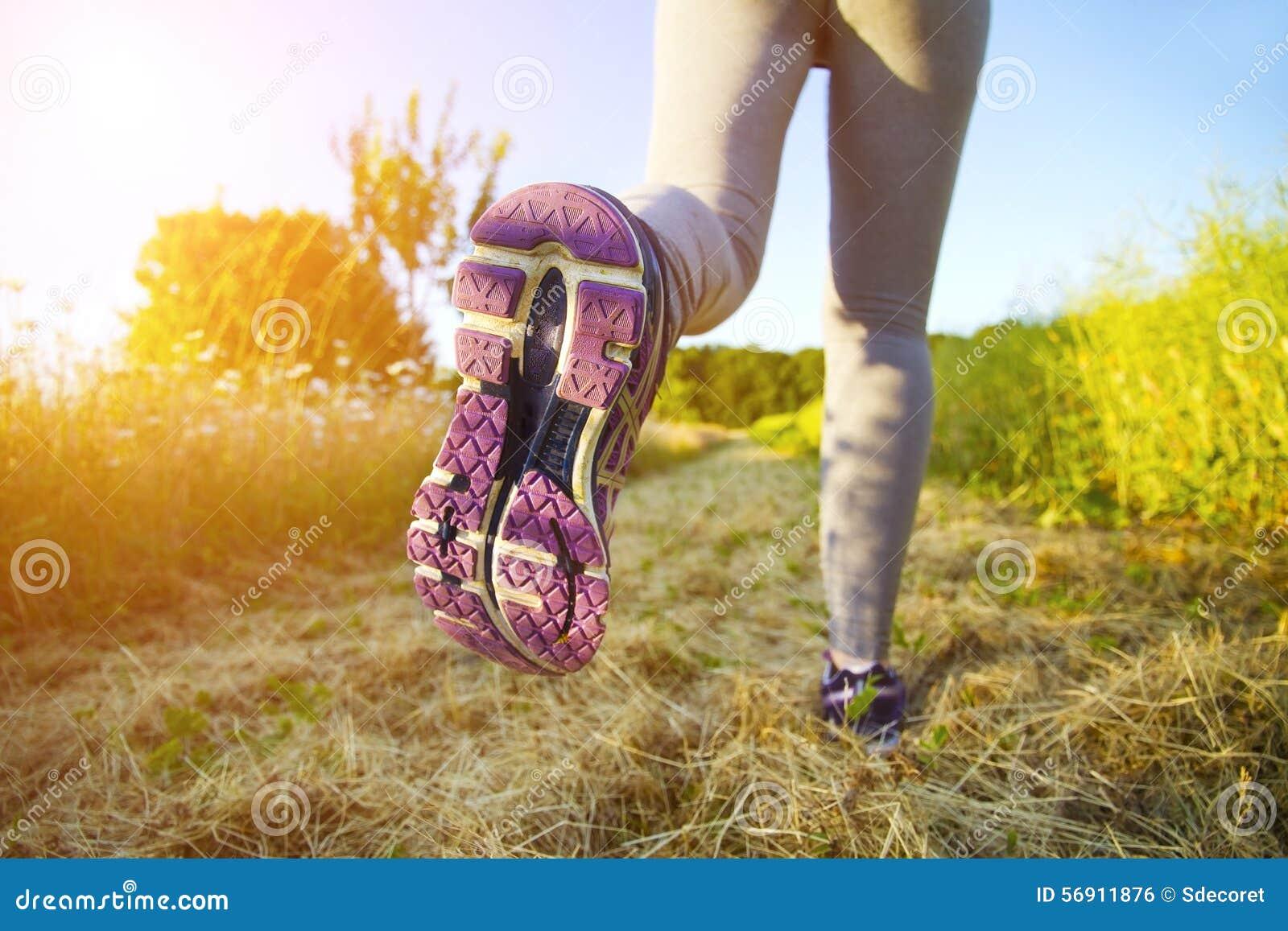 Γυναίκα που τρέχει σε έναν τομέα