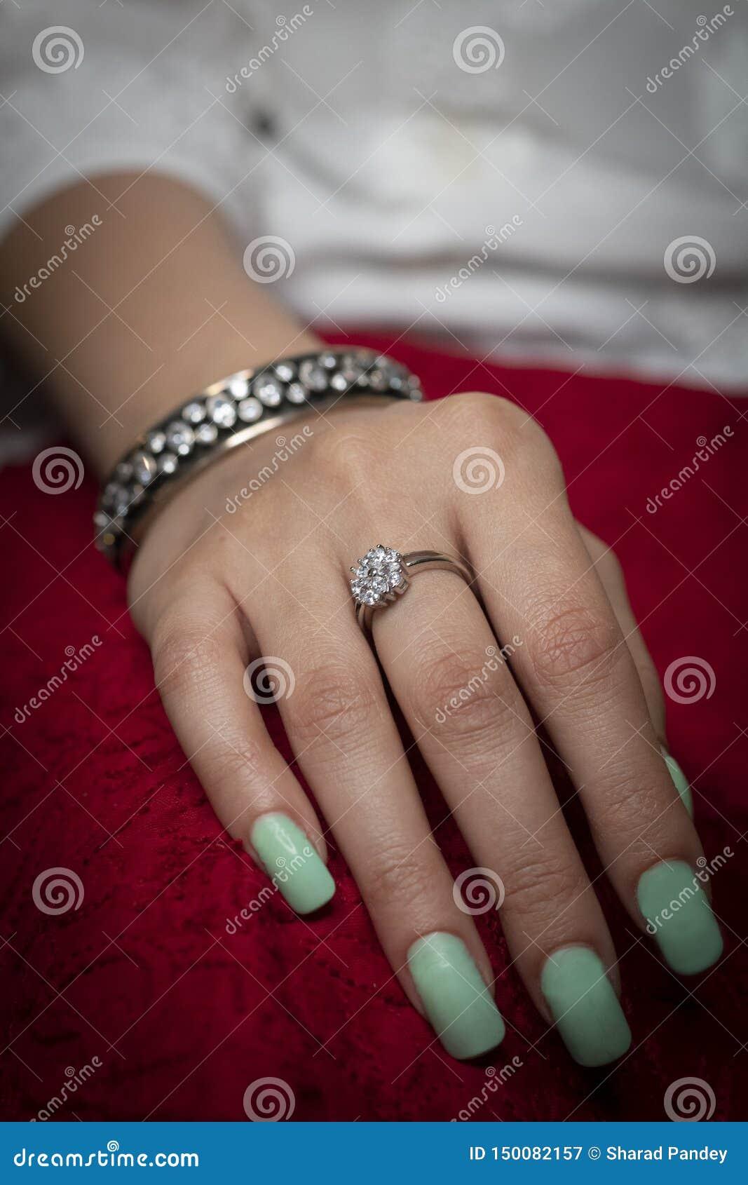 Γυναίκα που φορά τα κοσμήματα δαχτυλιδιών και βραχιολιών