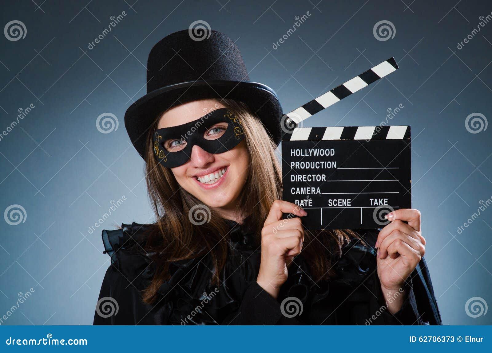 Γυναίκα που φορά τη μάσκα με τον πίνακα κινηματογράφων