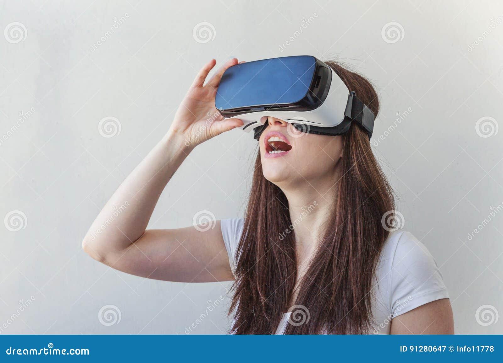Γυναίκα που χρησιμοποιεί την κάσκα VR
