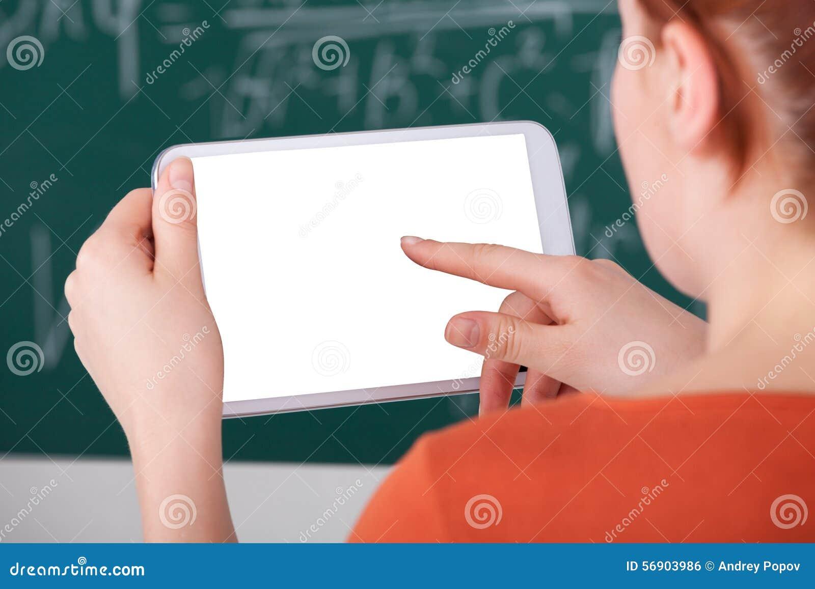 Γυναίκα που χρησιμοποιεί την ψηφιακή ταμπλέτα στην τάξη