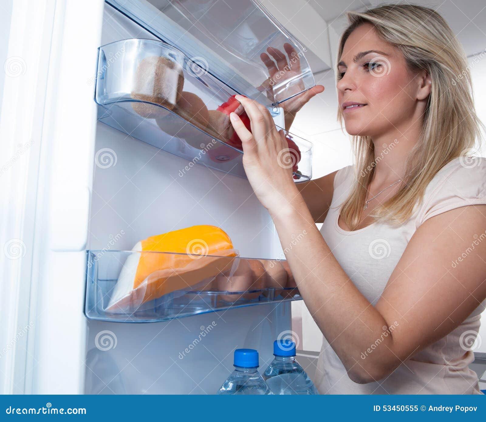 Γυναίκα που ψάχνει στο ψυγείο