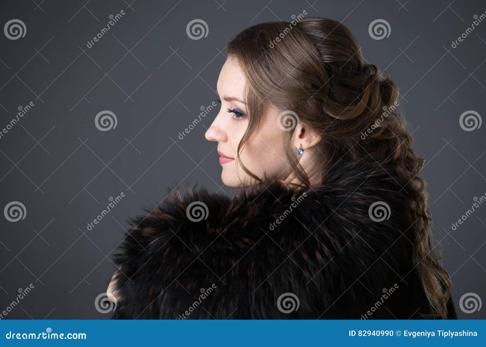 Γυναίκα σε ένα μαύρο παλτό γουνών