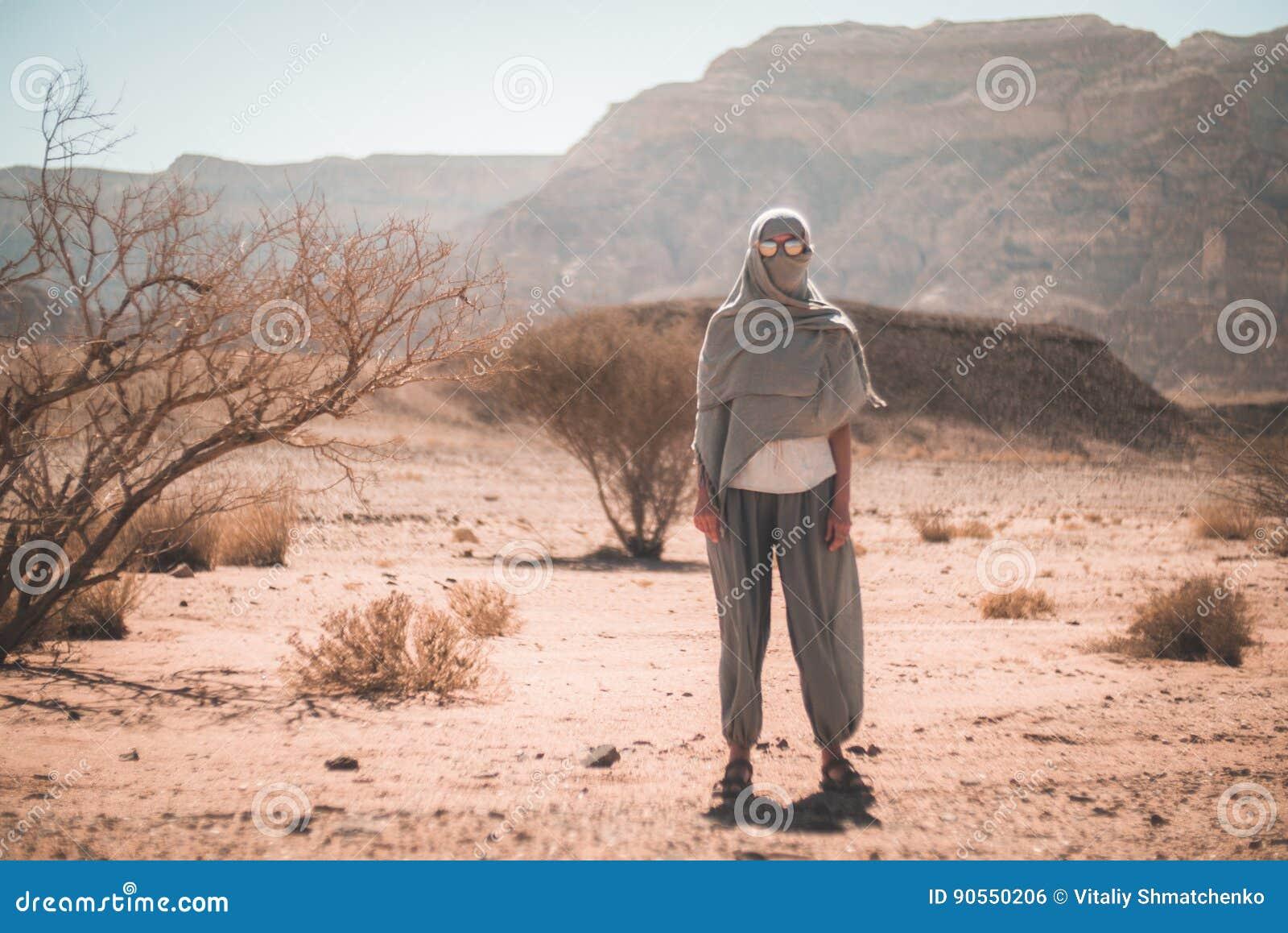 Γυναίκα στα γυαλιά ηλίου και ένα μαντίλι στην έρημο