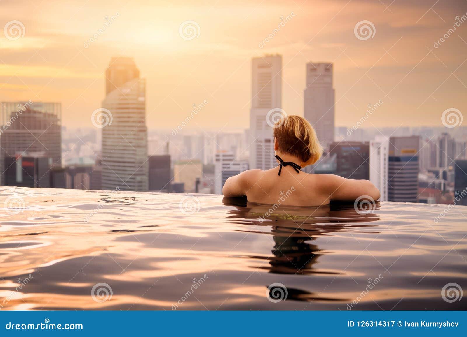 Γυναίκα στην πισίνα απείρου