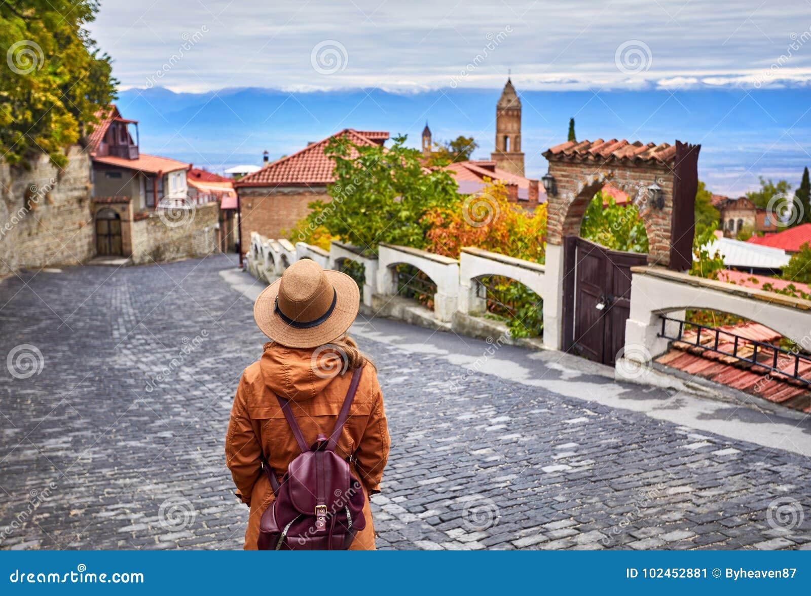 Γυναίκα στην πόλη Signagi στη Γεωργία