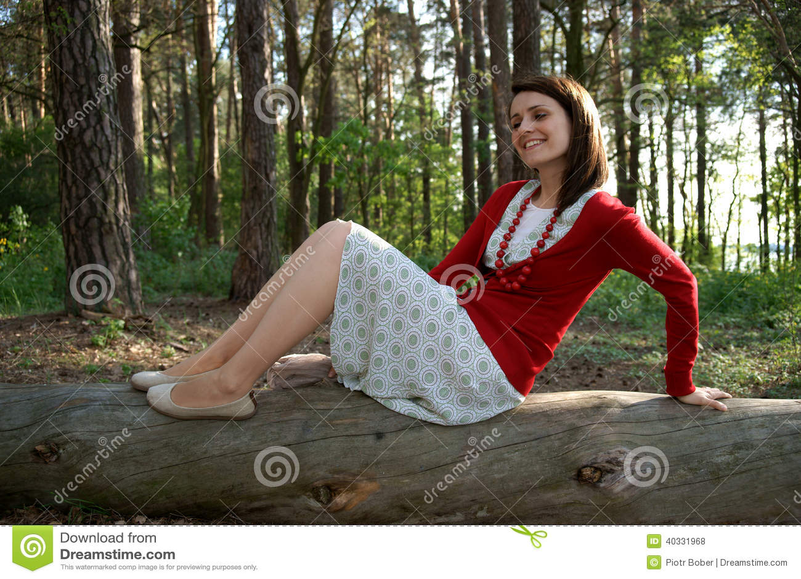 Γυναίκα στον παλαιό κορμό