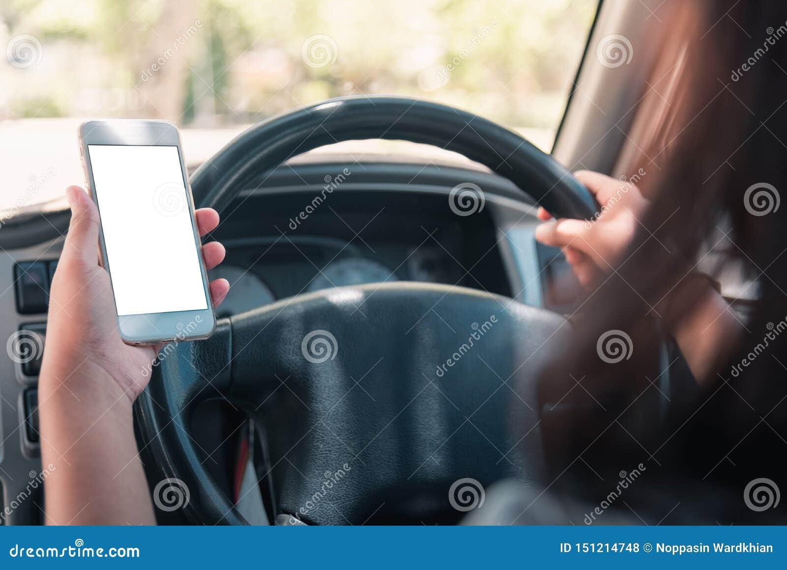 Γυναίκα στο αυτοκίνητο Νέα επιχειρησιακή γυναίκα με το τηλέφωνο στο αυτοκίνητο Smartphone εκμετάλλευσης γυναικών με την κενή οθόν