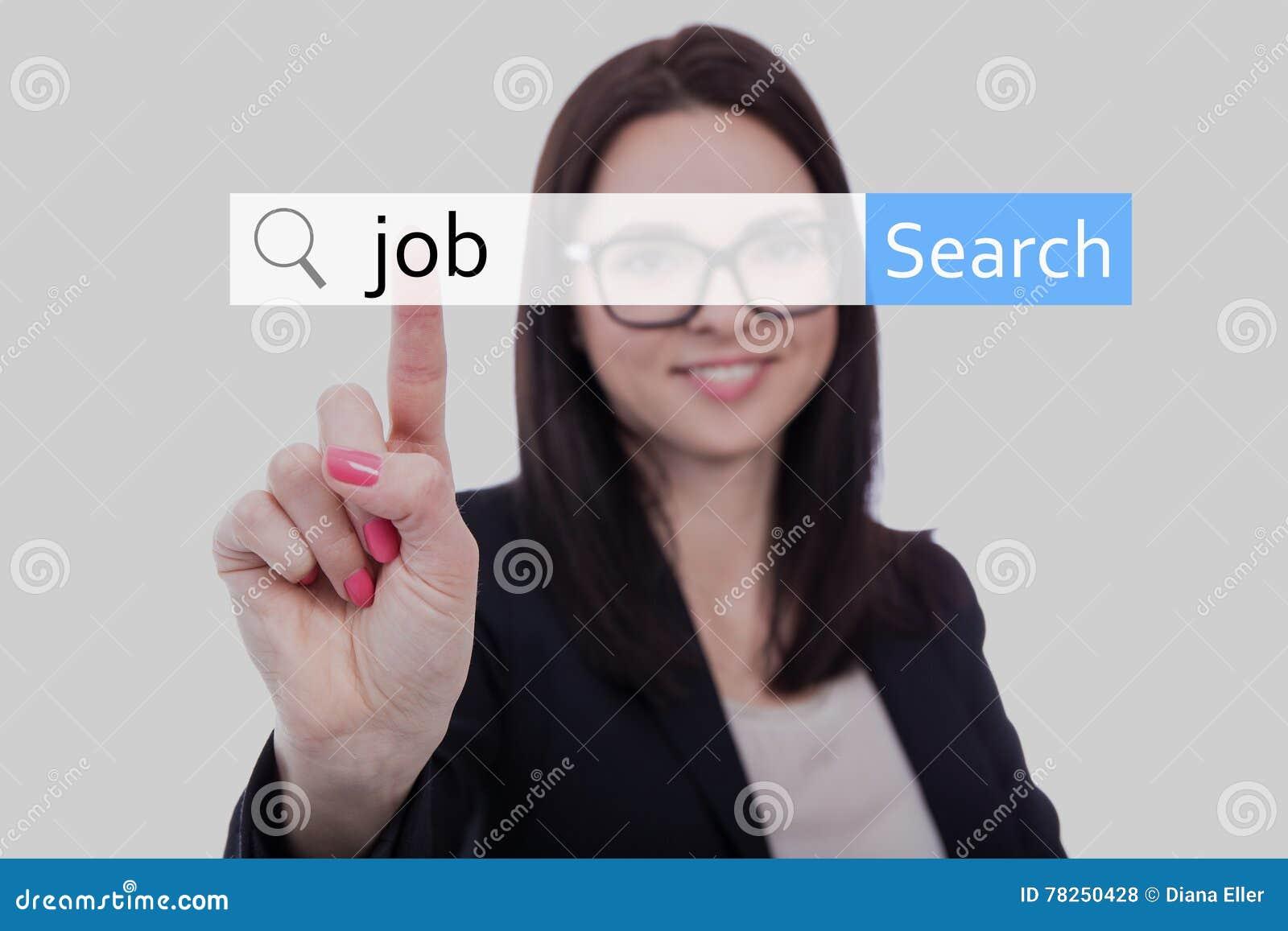 Γυναίκα στο επιχειρησιακό κοστούμι που ψάχνει την εργασία σε Διαδίκτυο