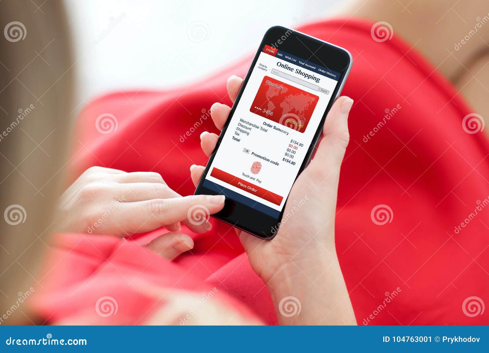 Γυναίκα στο κόκκινο τηλέφωνο εκμετάλλευσης φορεμάτων με app τις σε απευθείας σύνδεση αγορές