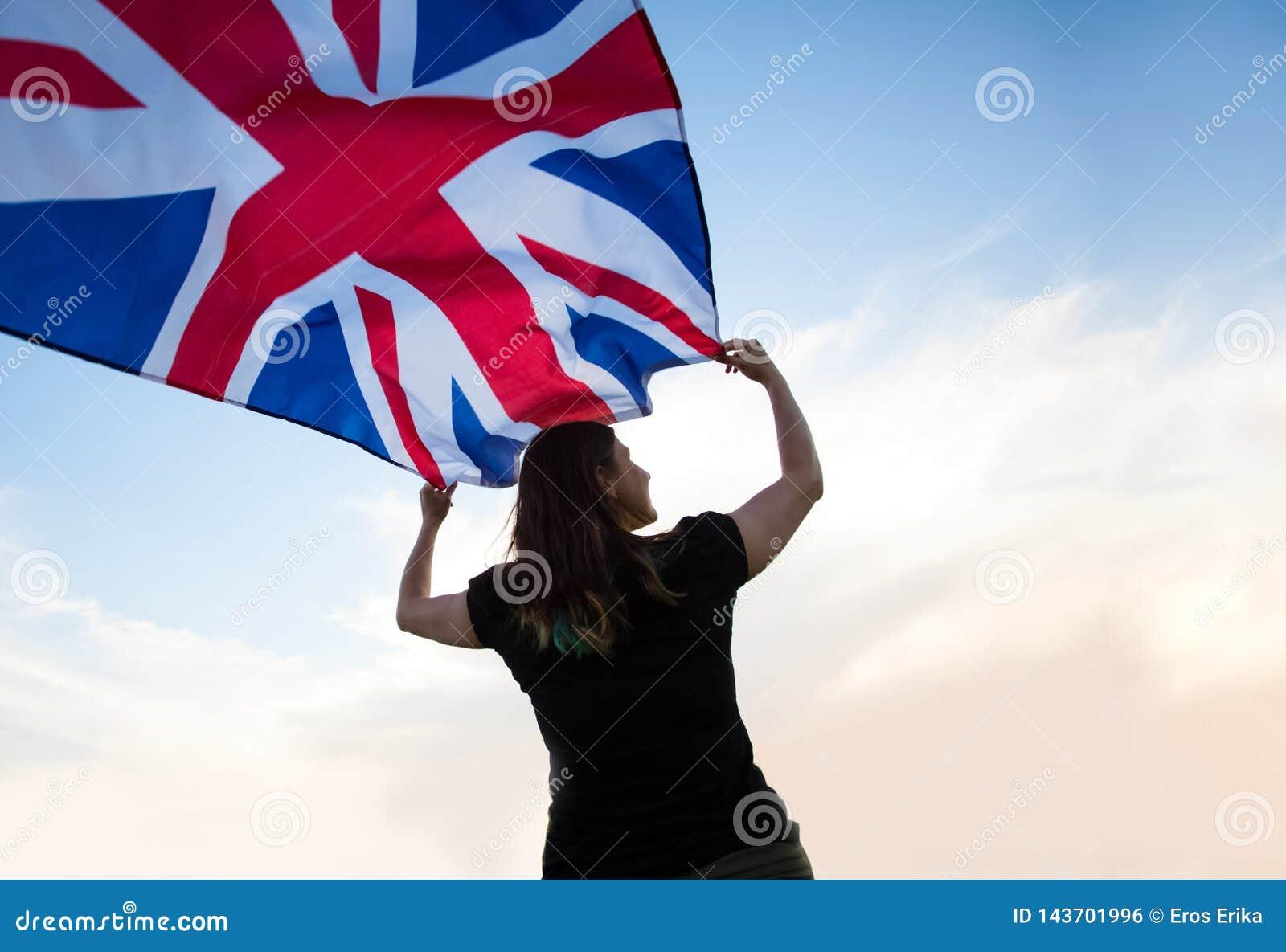 Γυναίκα στο Λονδίνο με μια σημαία