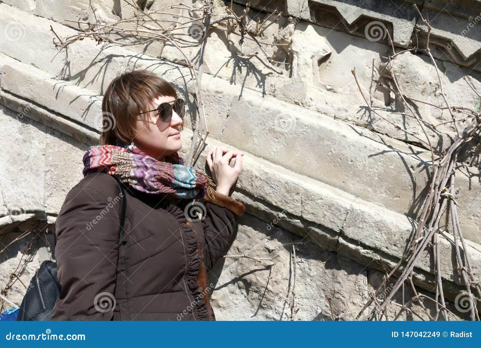 Γυναίκα στο παλαιό υπόβαθρο τοίχων