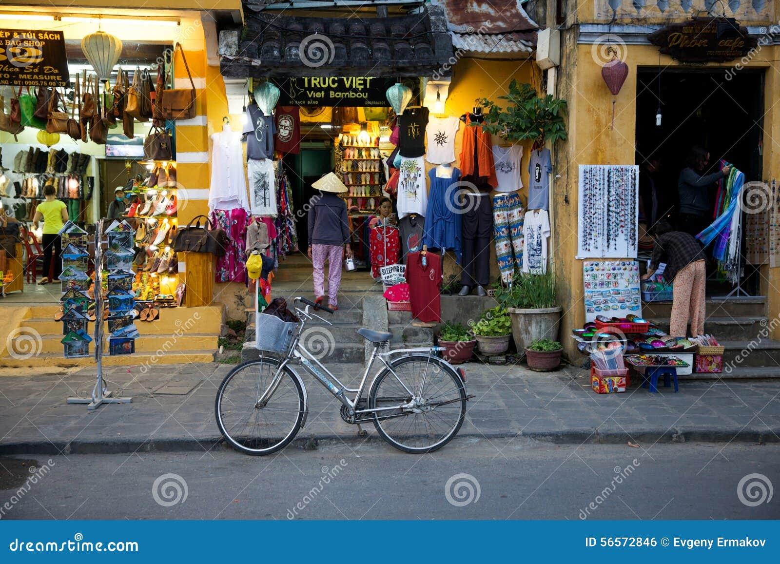 Download Γυναίκα στο παραδοσιακό κωνικό καπέλο στην οδό αγοράς Hoi Εκδοτική Εικόνες - εικόνα από τουρισμός, πώληση: 56572846