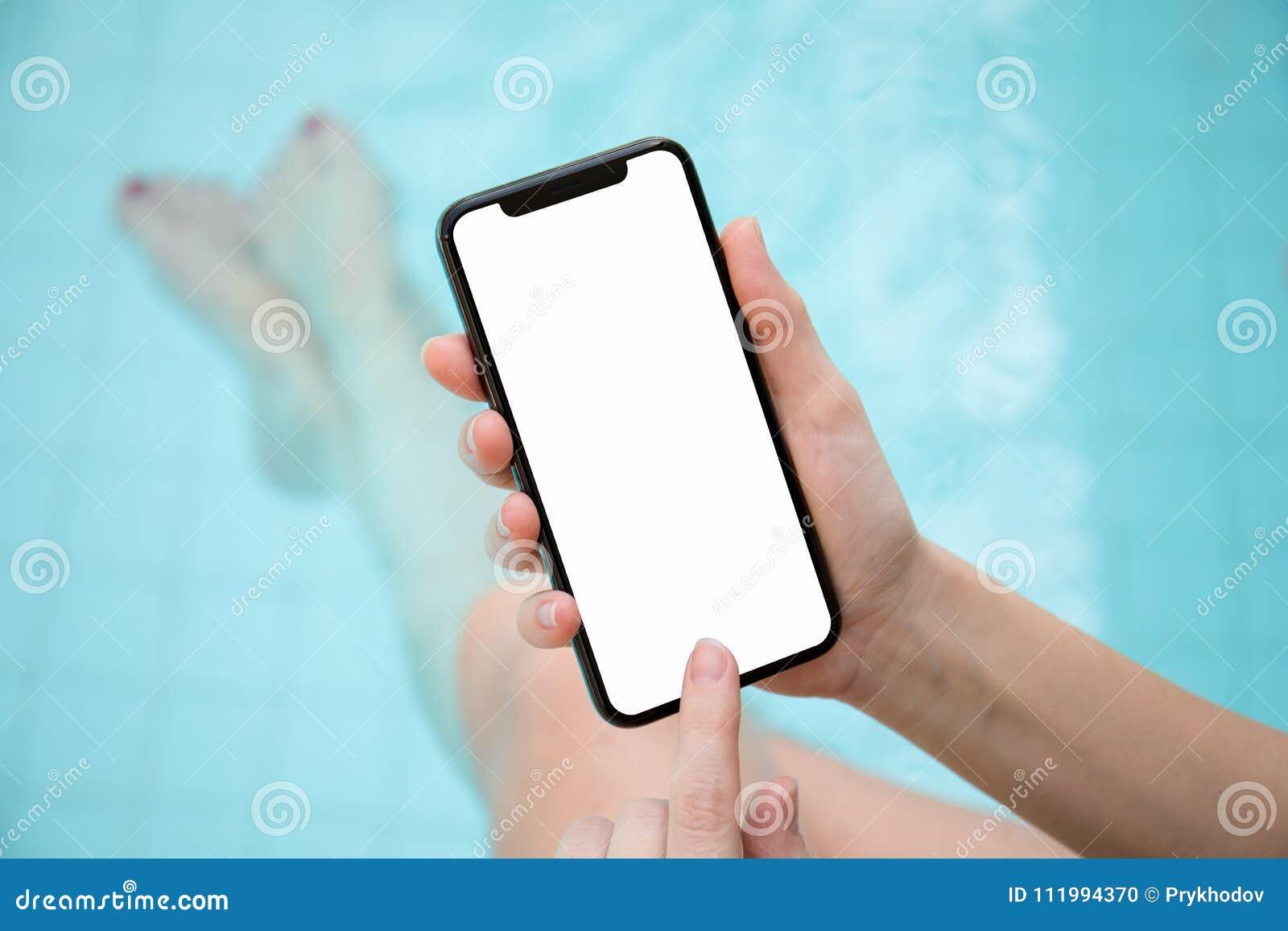Γυναίκα στο τηλέφωνο εκμετάλλευσης λιμνών με μια απομονωμένη οθόνη