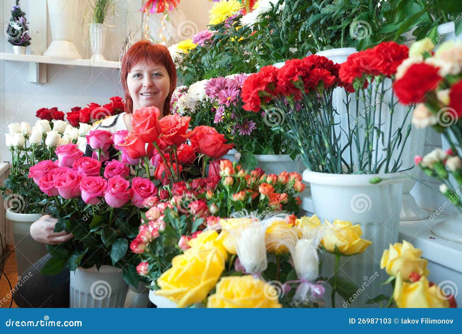 Γυναίκα στο floral κατάστημα