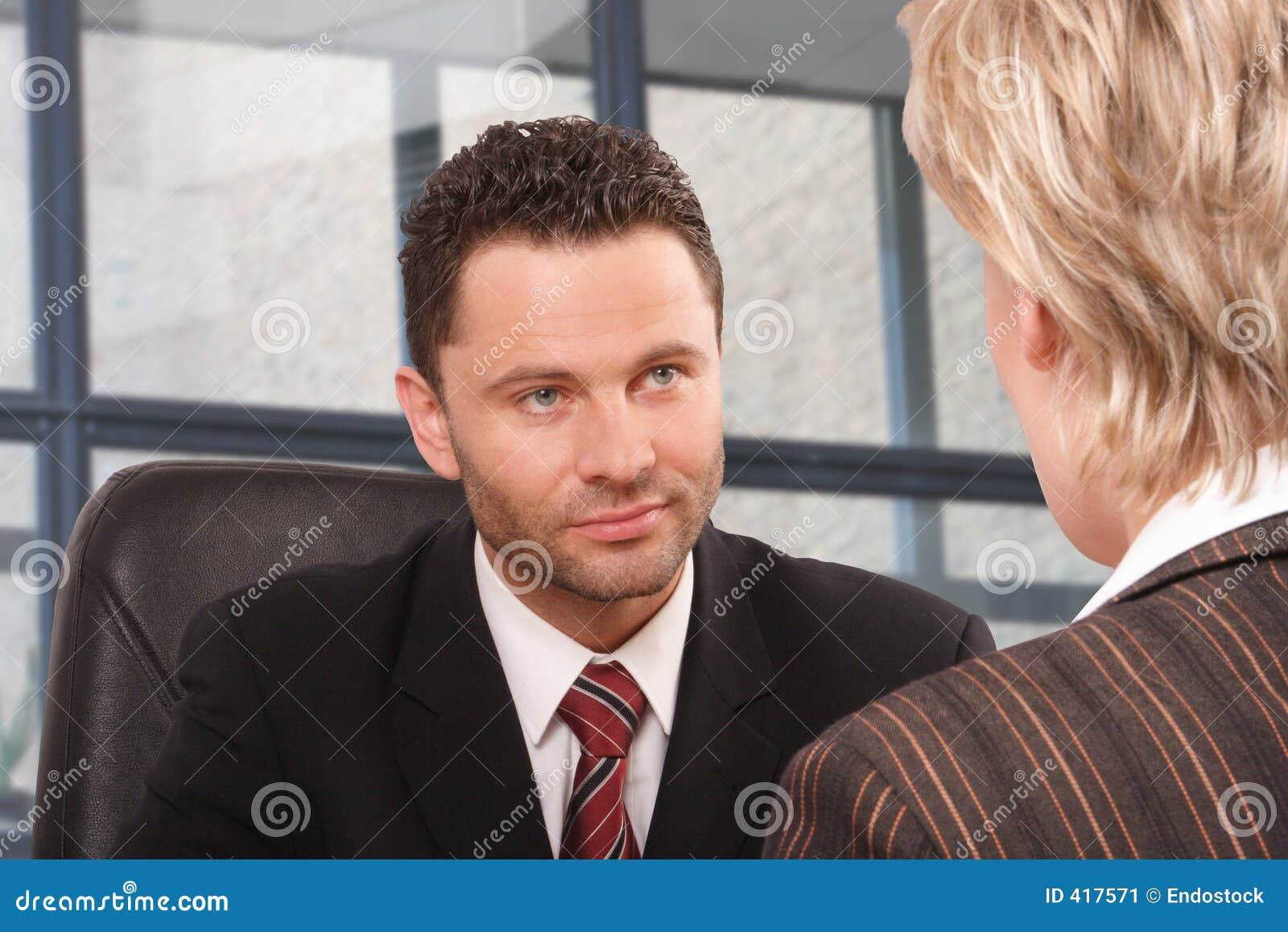 γυναίκα συζήτησης επιχειρησιακών ανδρών