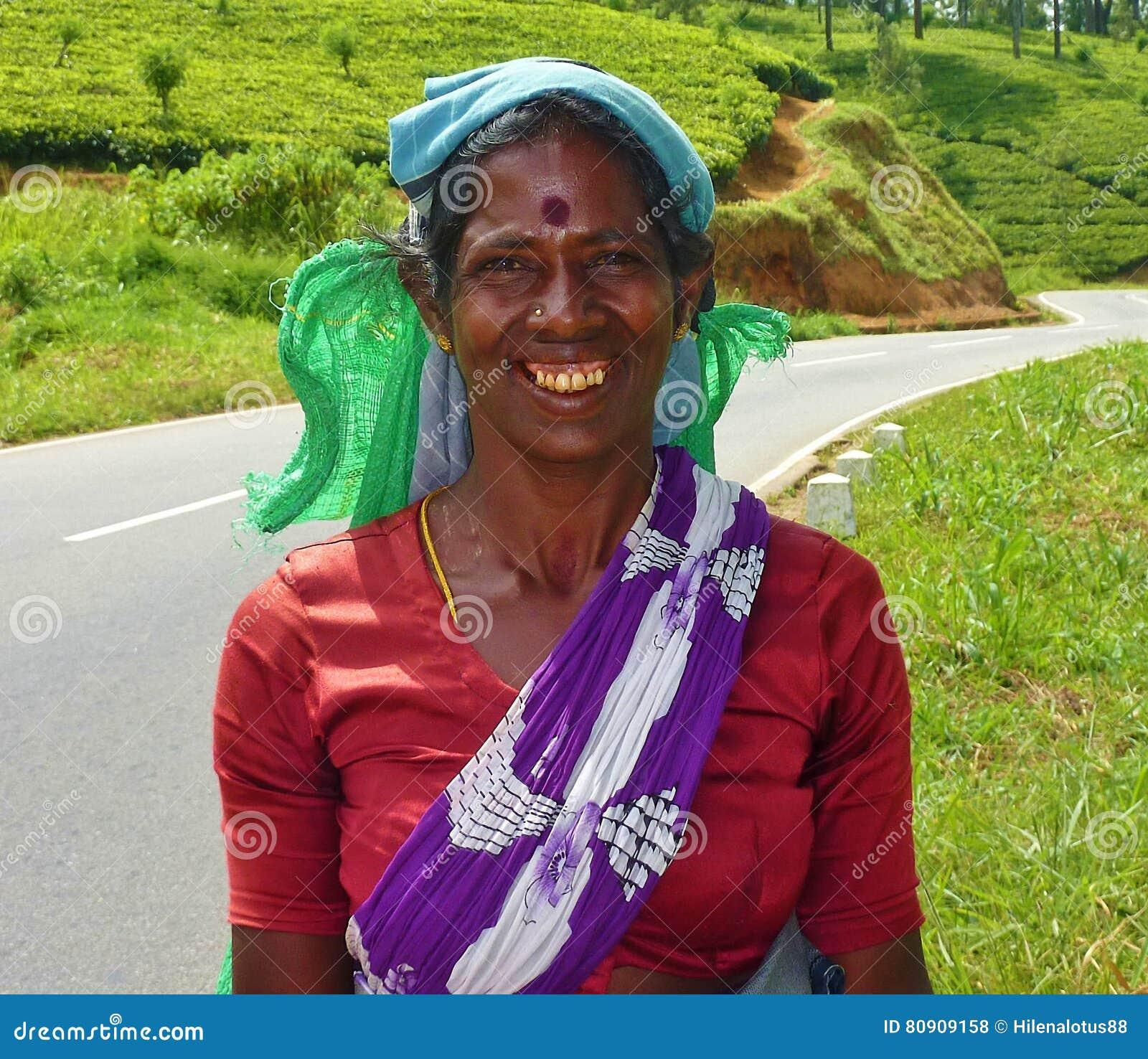 Γυναίκα συλλεκτικών μηχανών τσαγιού της Σρι Λάνκα