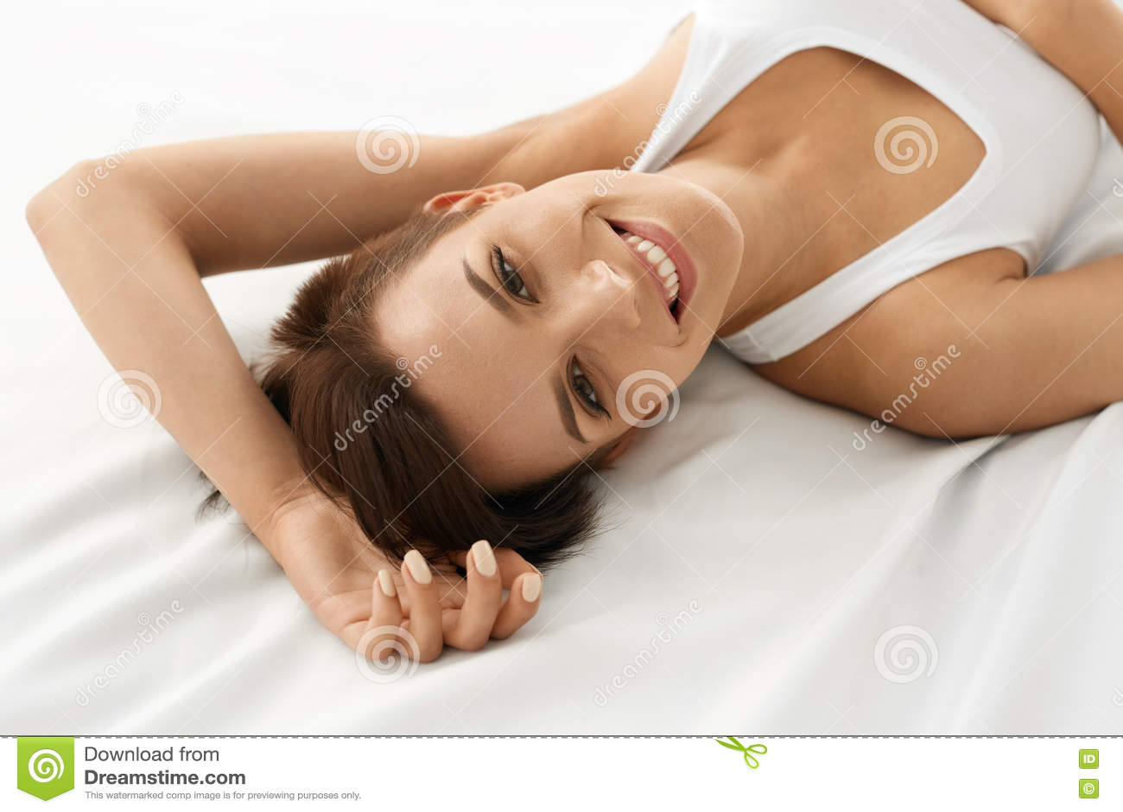 γυναίκα υγείας s Χαμογελώντας γυναίκα με το όμορφο δέρμα προσώπου _