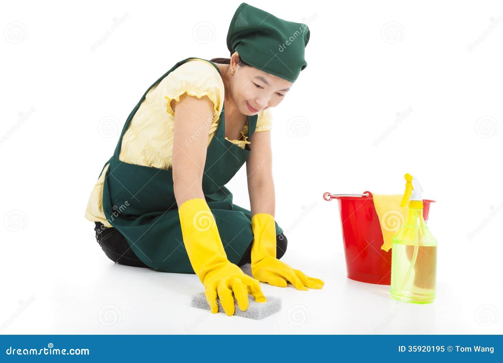 Γυναίκα υπηρεσιών που καθαρίζει το πάτωμα