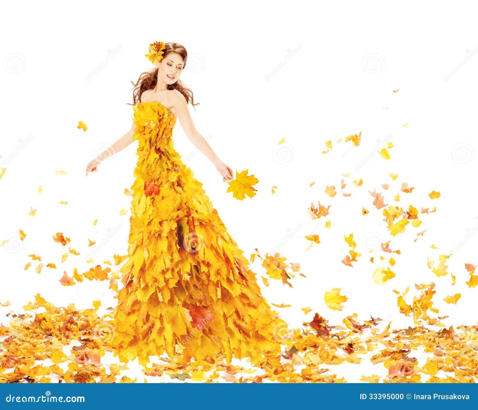 Γυναίκα φθινοπώρου στο κίτρινο φόρεμα μόδας των φύλλων σφενδάμου