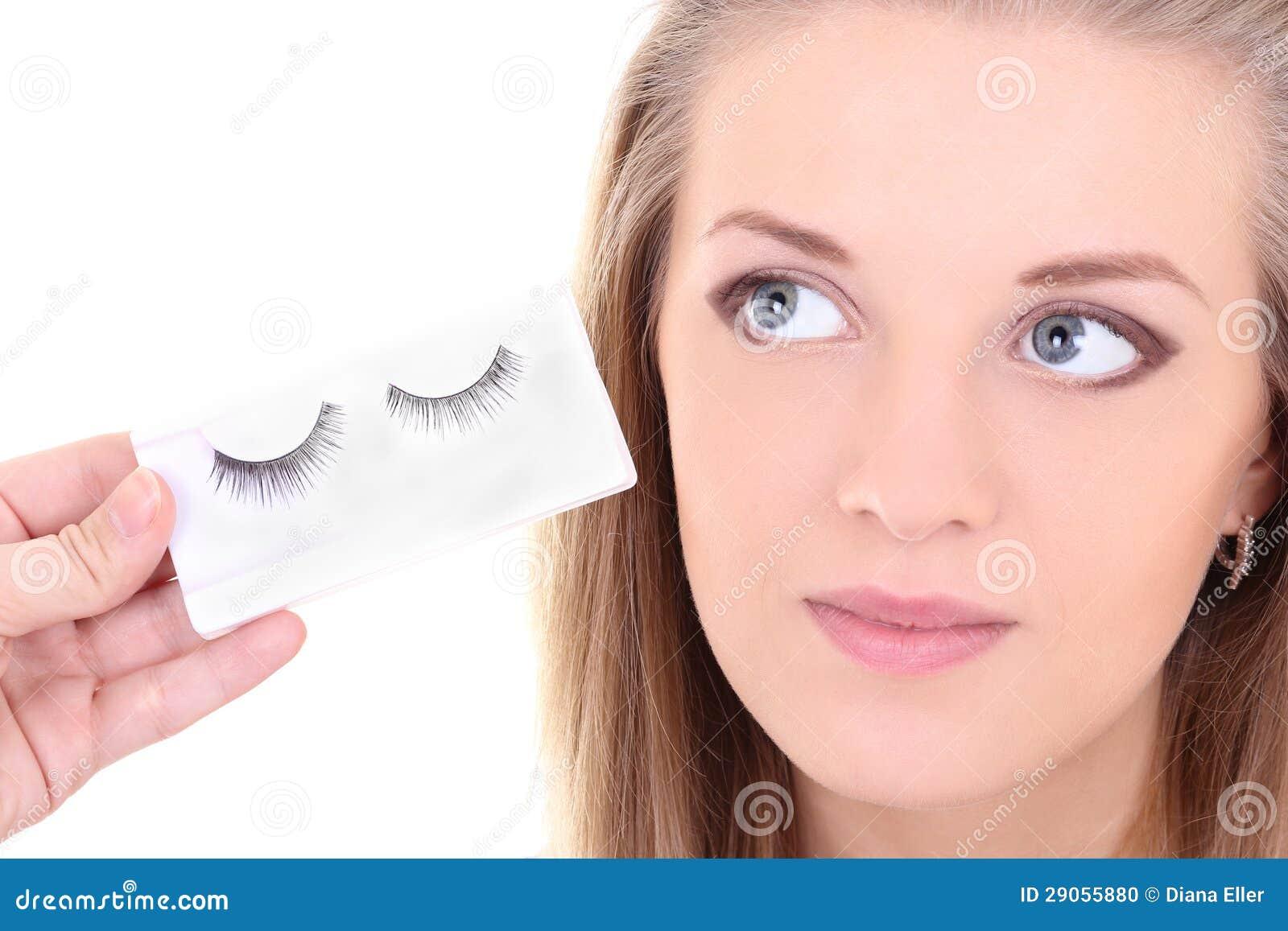 Γυναίκα Blondie με τα τεχνητά eyelashes