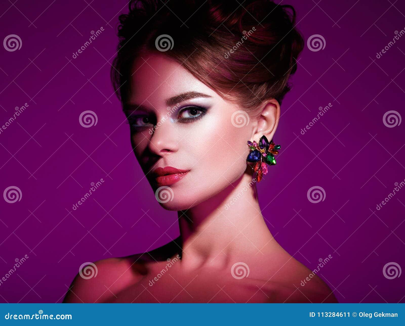 Γυναίκα Brunette με το κομψό hairstyle