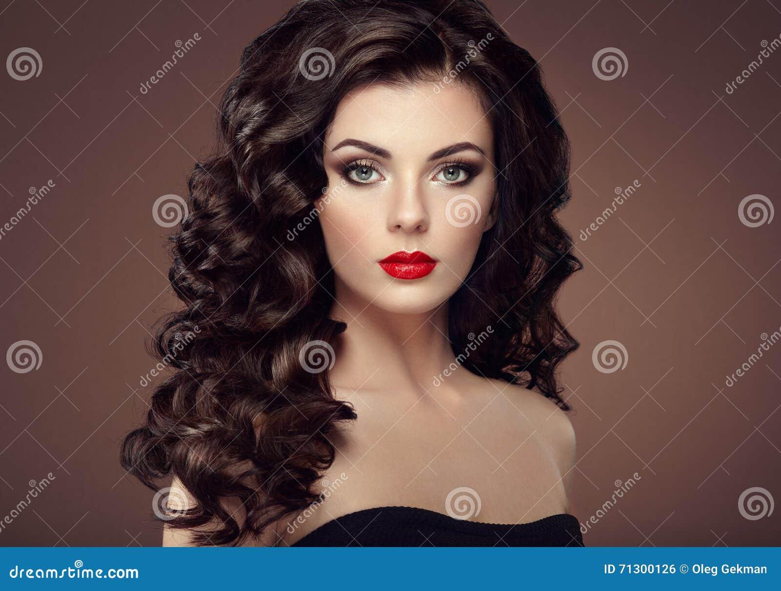 Γυναίκα Brunette με το σγουρό hairstyle