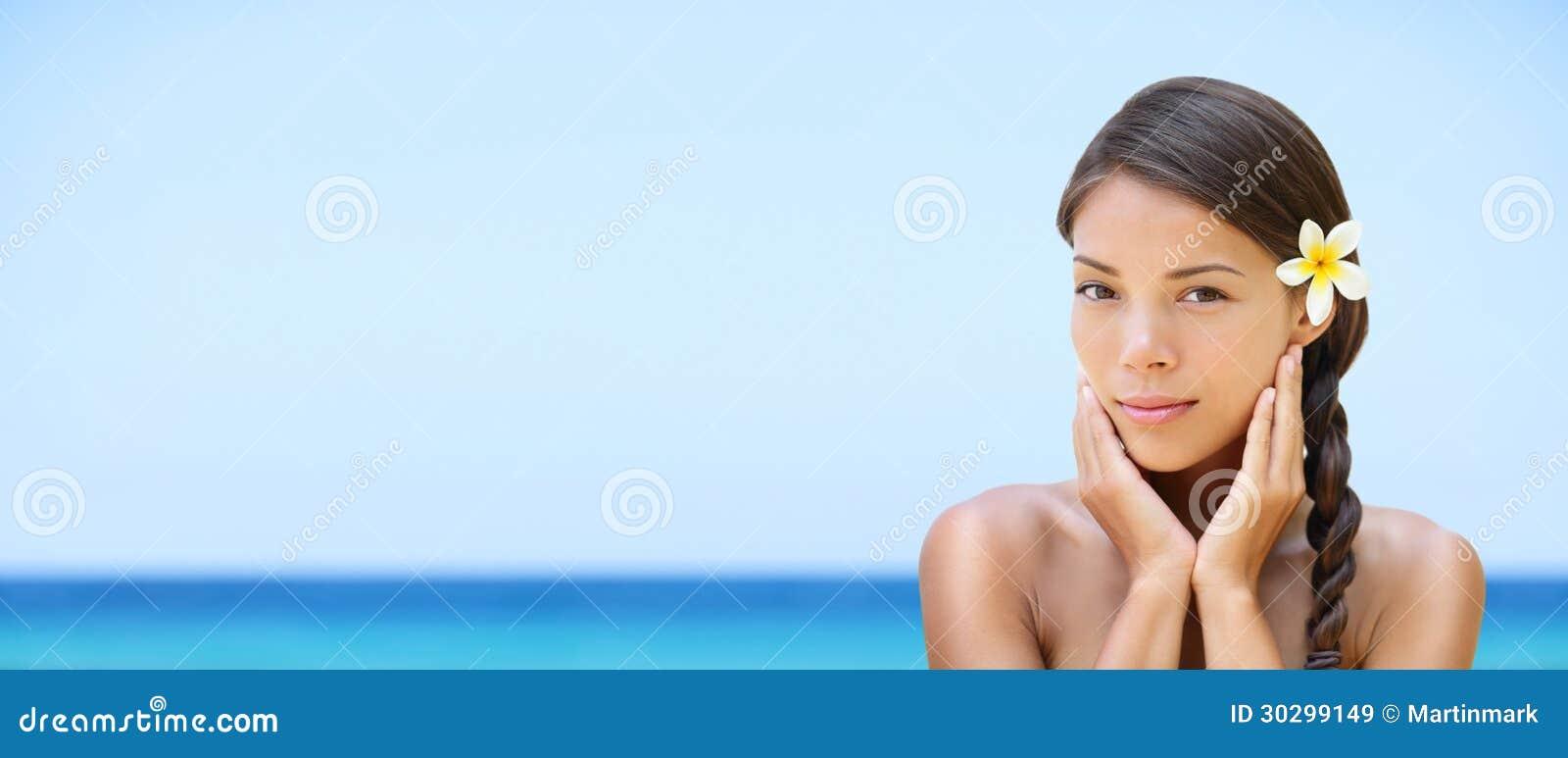 Γυναίκα SPA στο παραθαλάσσιο θέρετρο ταξιδιού - έμβλημα πανοράματος