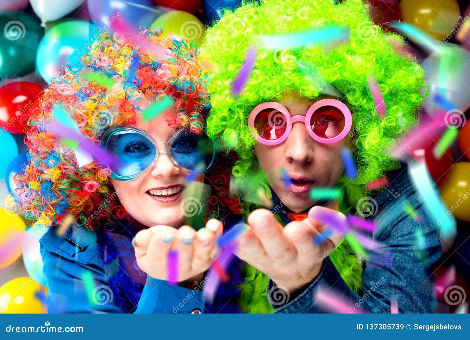 Γυναίκες και άνδρες που γιορτάζουν στο κόμμα για τη νέο παραμονή ή καρναβάλι ετών