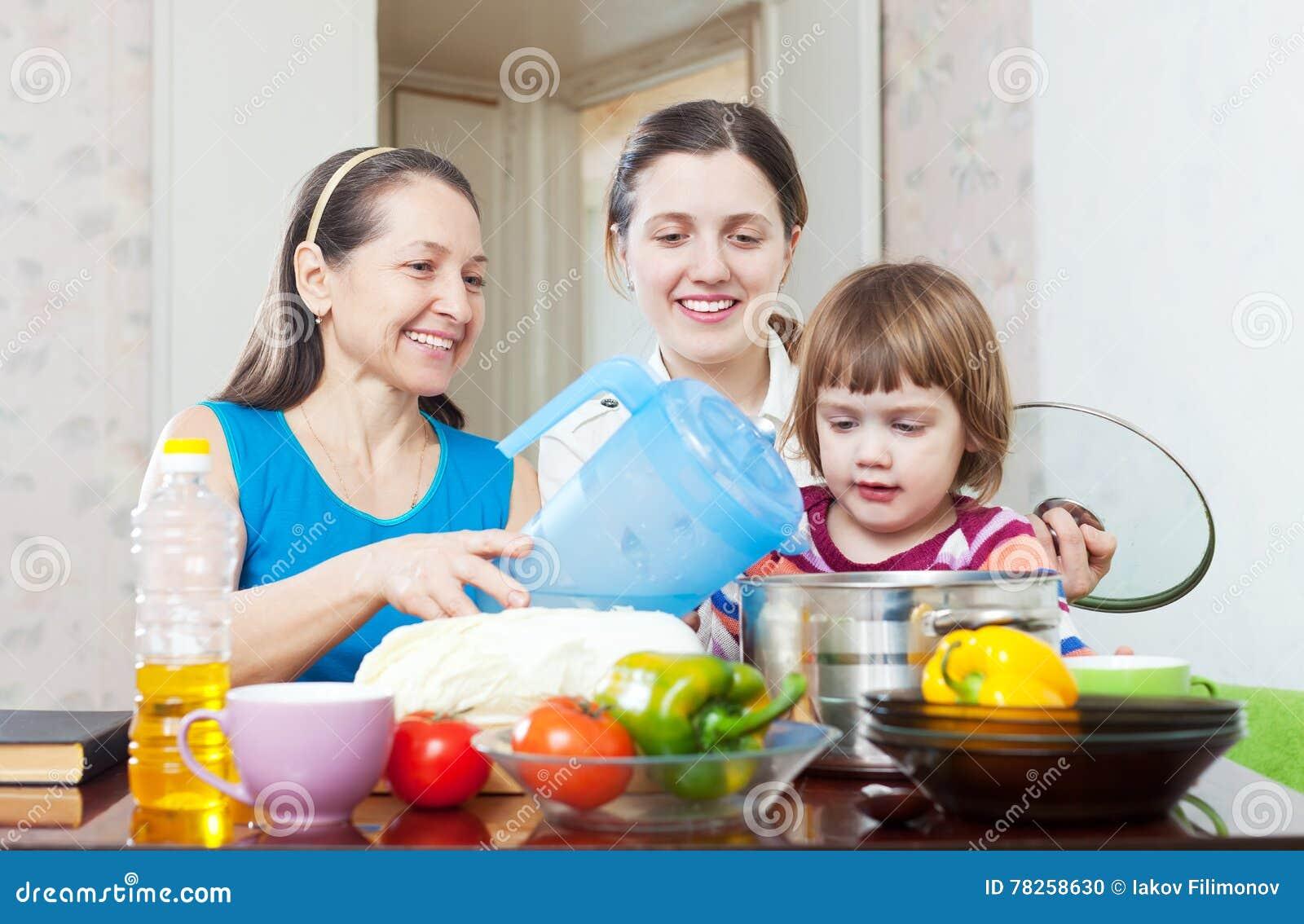 Γυναίκες με το παιδί που μαγειρεύει μαζί το χορτοφάγο μεσημεριανό γεύμα