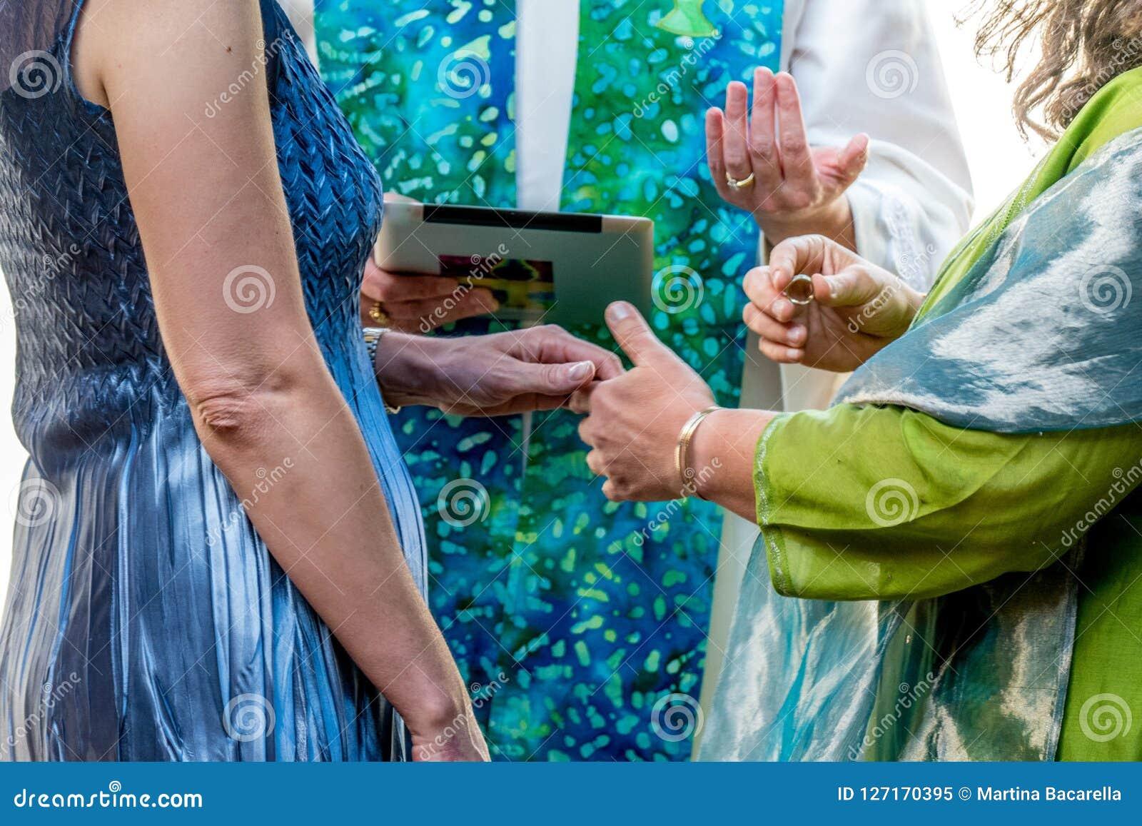 Γυναίκες που ανταλλάσσουν τους γαμήλιους όρκους
