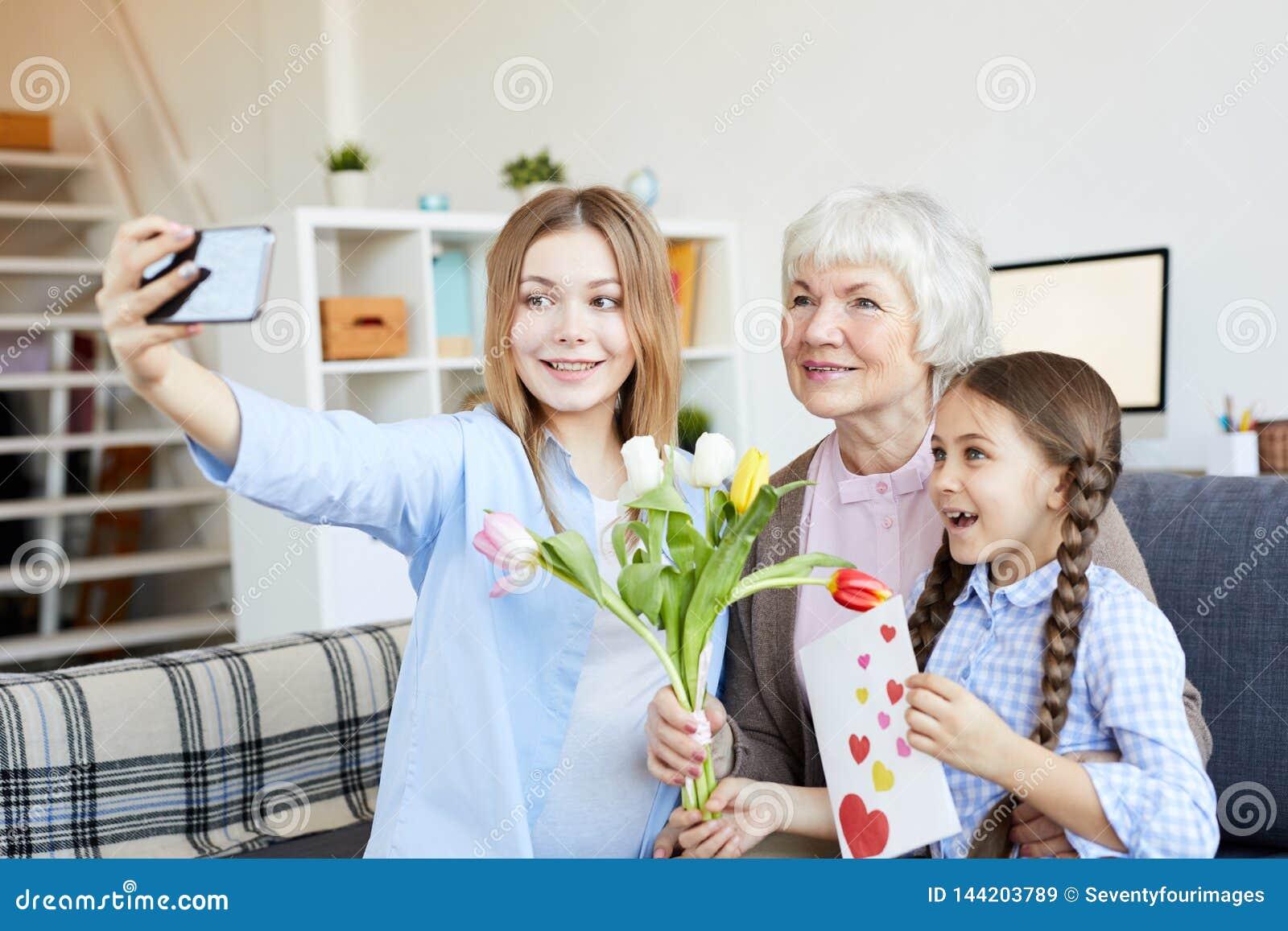 Γυναίκες στην οικογένεια που παίρνει Selfie