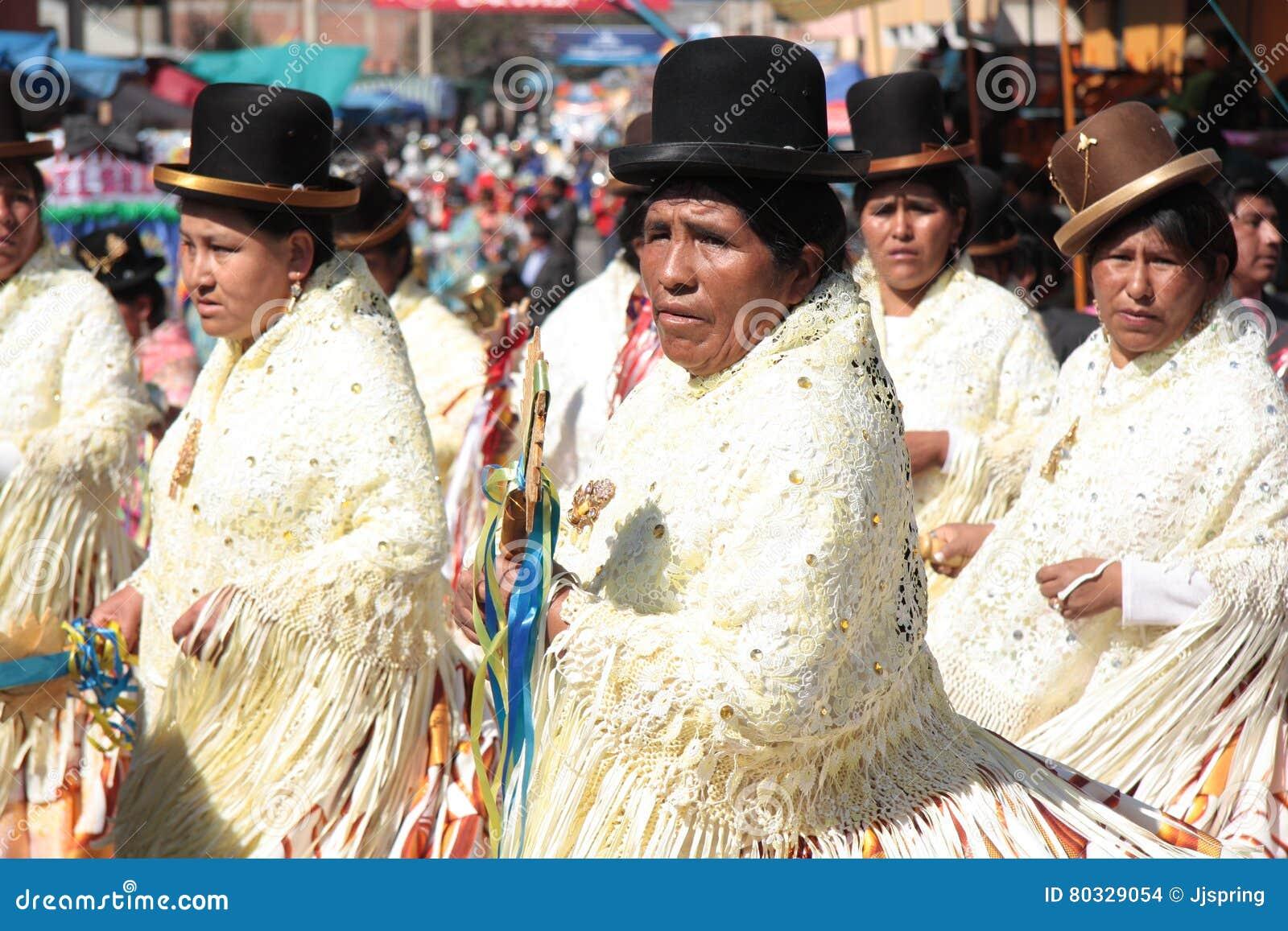 Γυναίκες Cholitas στην παρέλαση χορού σε Cochabamba