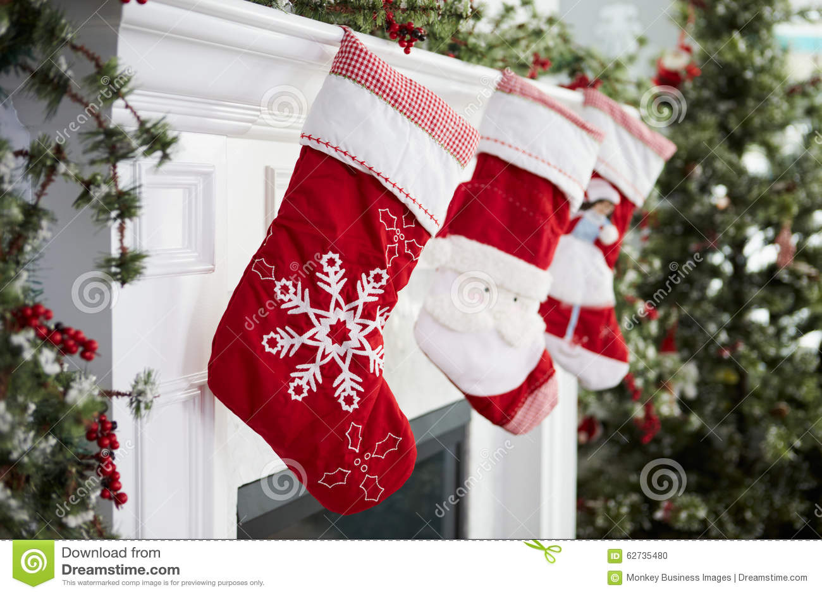 Γυναικείες κάλτσες που κρεμιούνται κενές στην εστία στη Παραμονή Χριστουγέννων