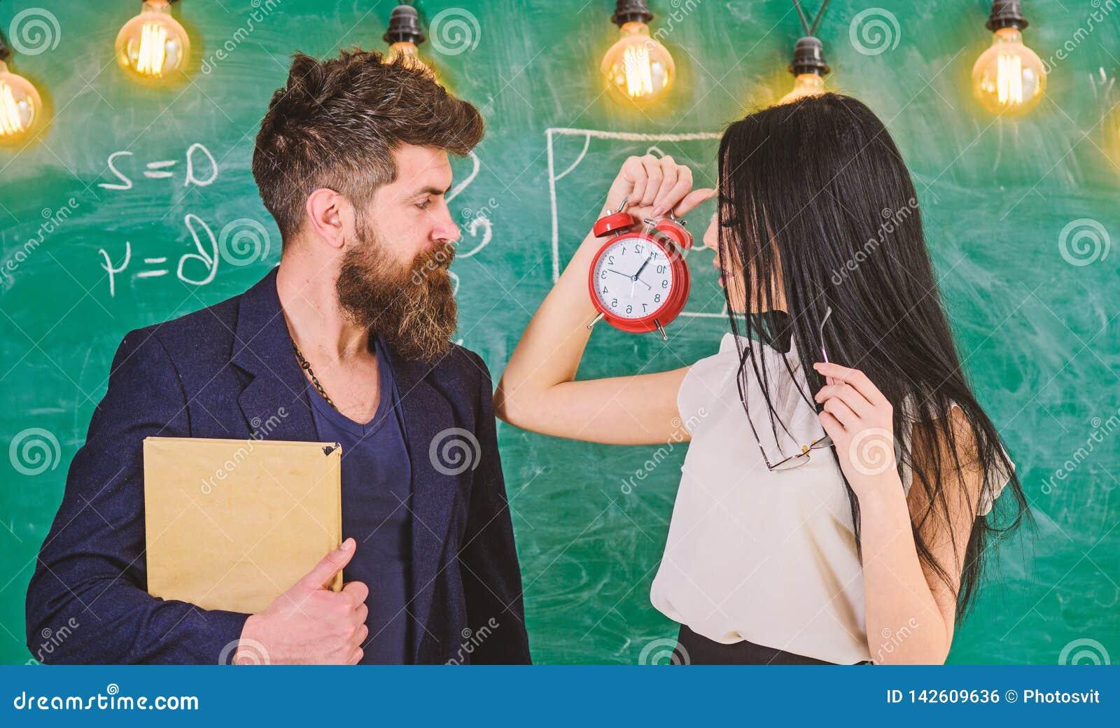 Γυναικείος δάσκαλος και ακριβής schoolmaster προσοχή για την πειθαρχία και κανόνες στο σχολείο Το σχολείο κυβερνά την έννοια άτομ