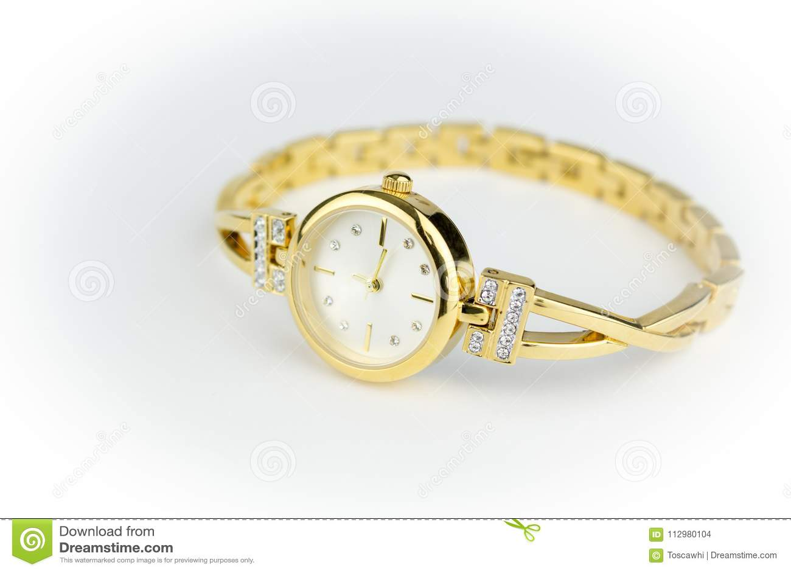 1d13fcdfcb4 Γυναικείο χρυσό ρολόι με τα διαμάντια που απομονώνονται στο άσπρο ...