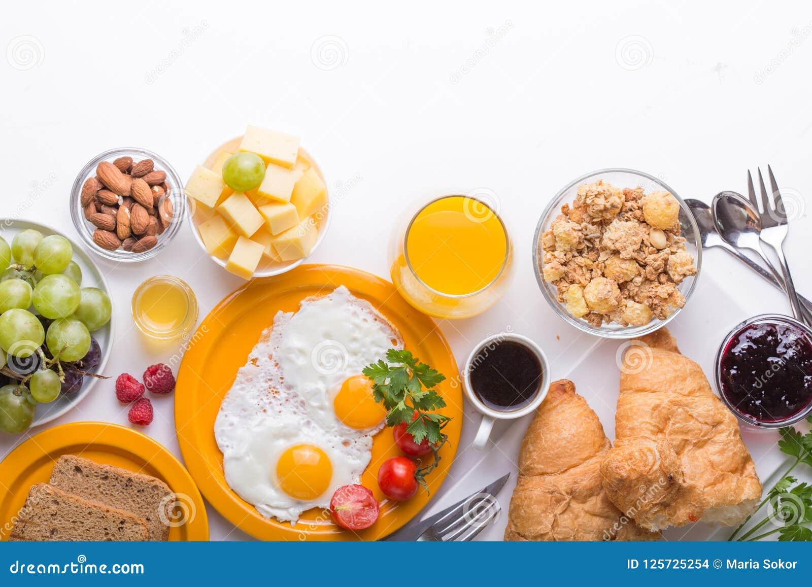 Γυναικών μαγειρεύοντας συστατικά προγευμάτων προγευμάτων υγιή, πλαίσιο τροφίμων Granola, αυγό, ημερομηνίες, καρύδια, φρούτα, μαρμ