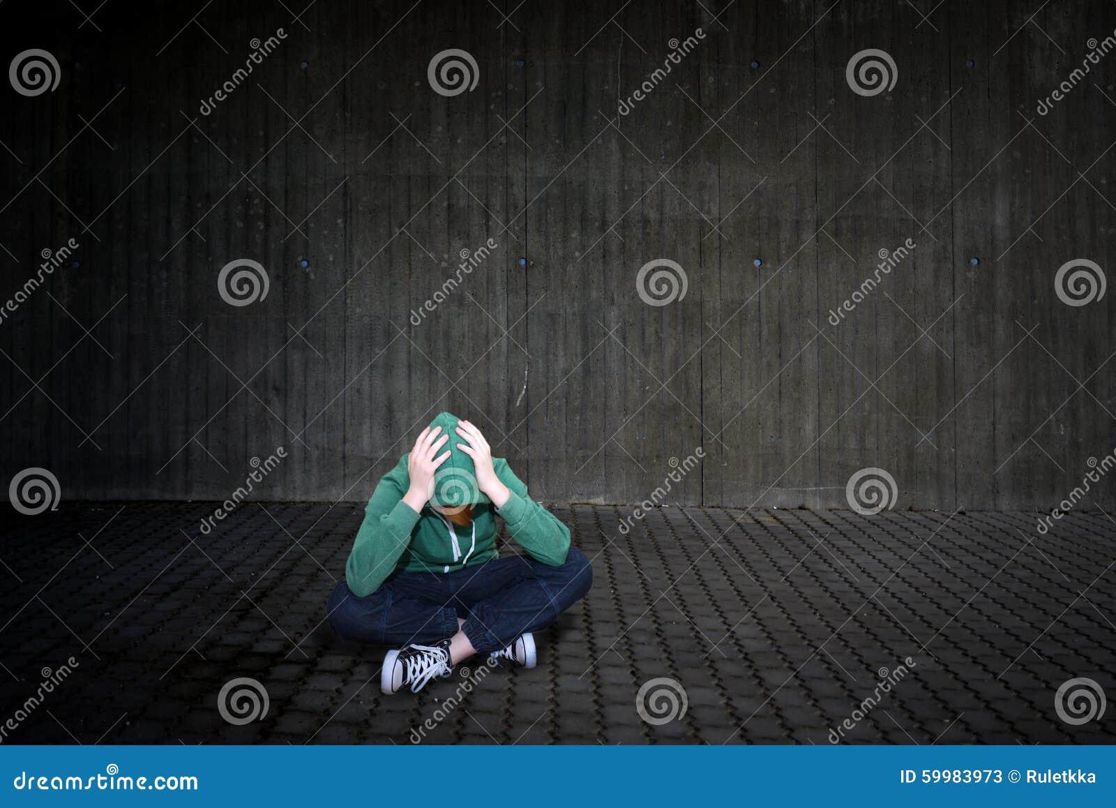 γωνιών σκοτεινός βρώμικος πατωμάτων κοριτσιών μόνος προβλημάτων εφηβικός δυστυχισμένος συνεδρίασης δωματίων λυπημένος