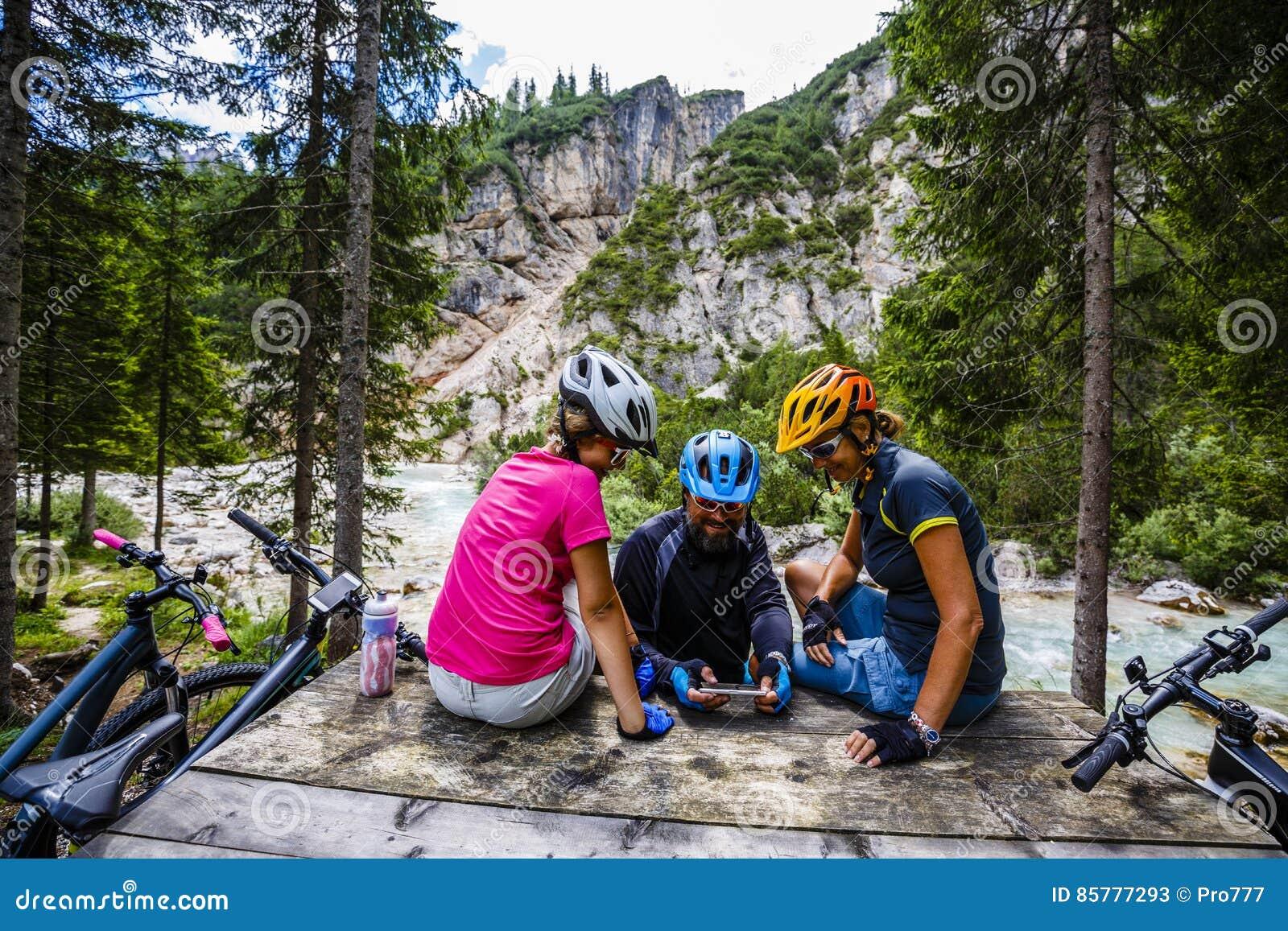 Γύροι οικογενειακών ποδηλάτων στα βουνά χαλαρώνοντας στον πάγκο γ