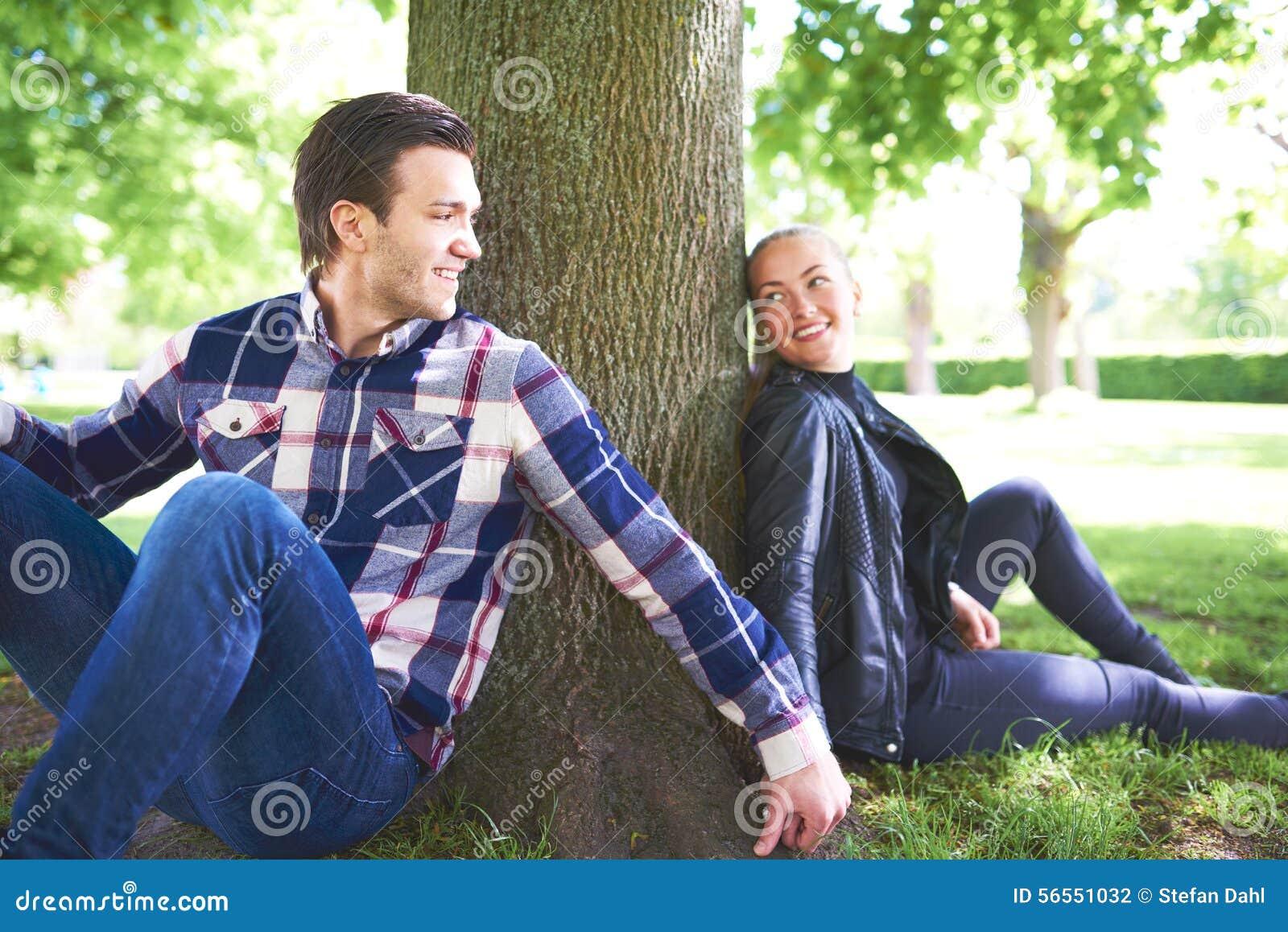 Download Γλυκοί εραστές που χαλαρώνουν κάτω από τη σκιά ενός δέντρου Στοκ Εικόνες - εικόνα από ευτυχής, φύση: 56551032